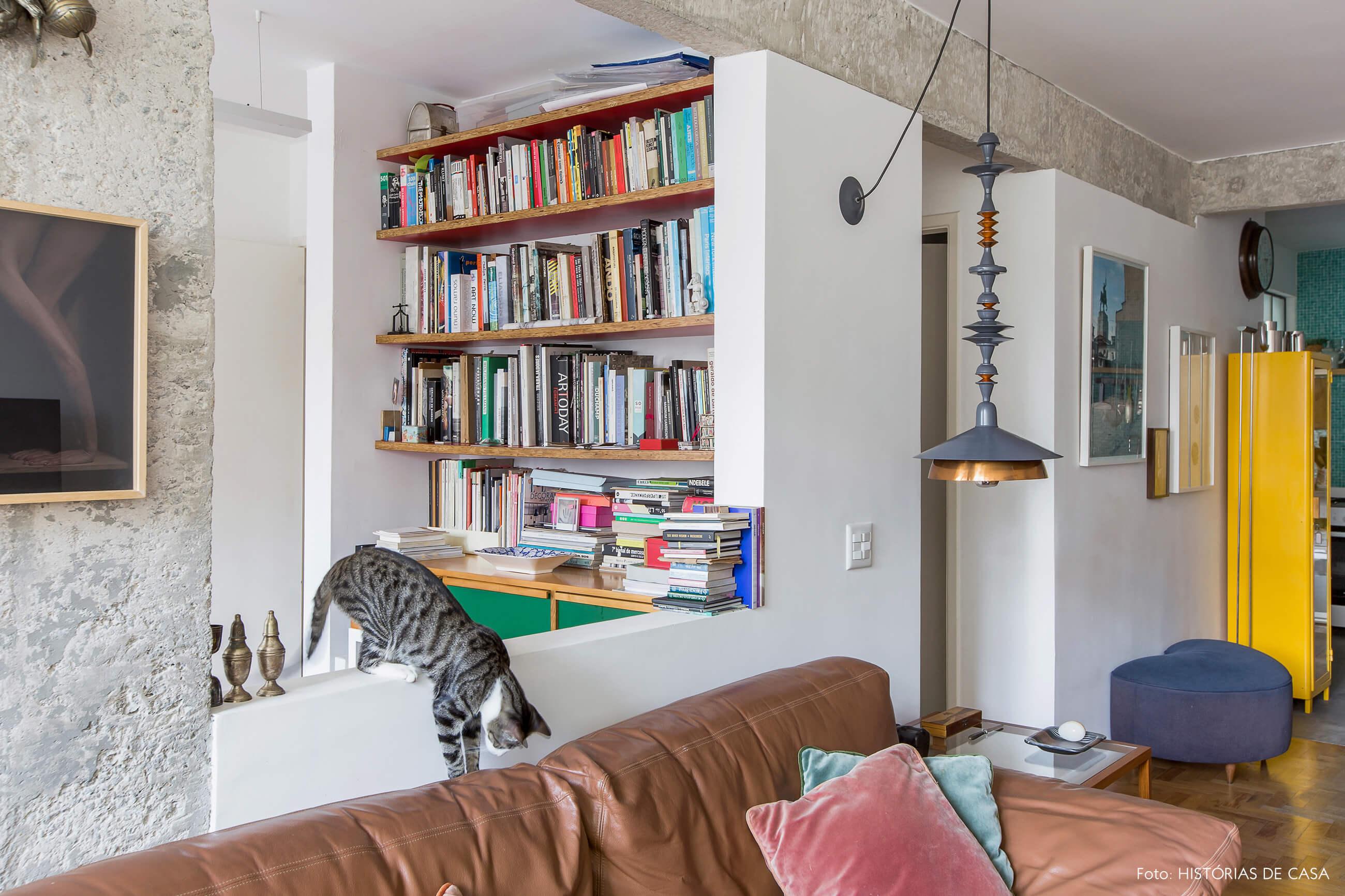 Sala integrada com janela que dá para o home office