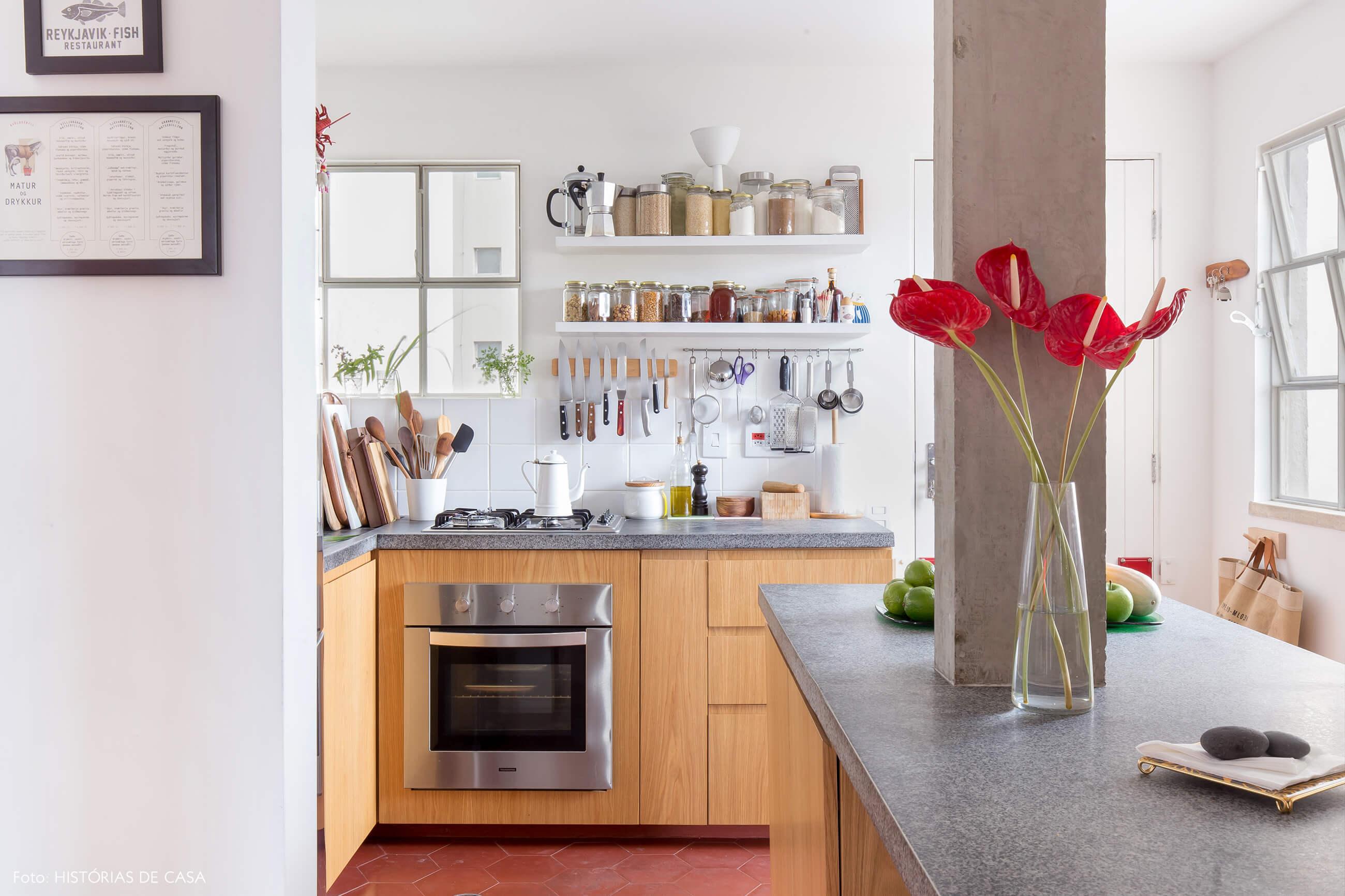 Cozinha com ilha central e piso colorido