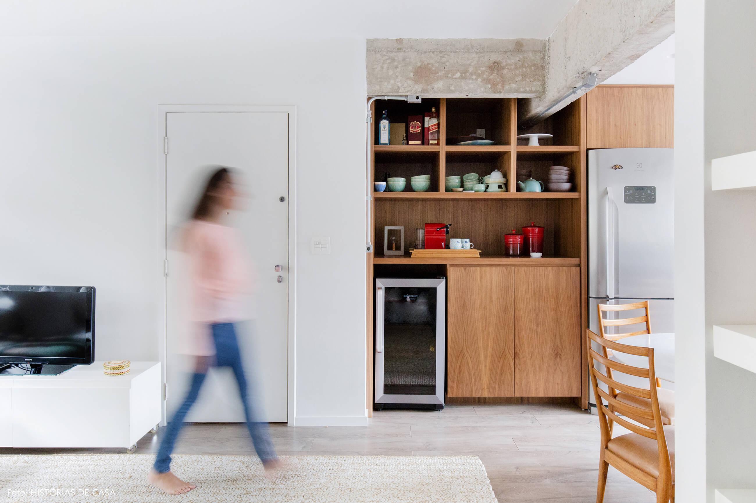 Cozinha integrada após a reforma, com móveis de madeira e nicho para adega