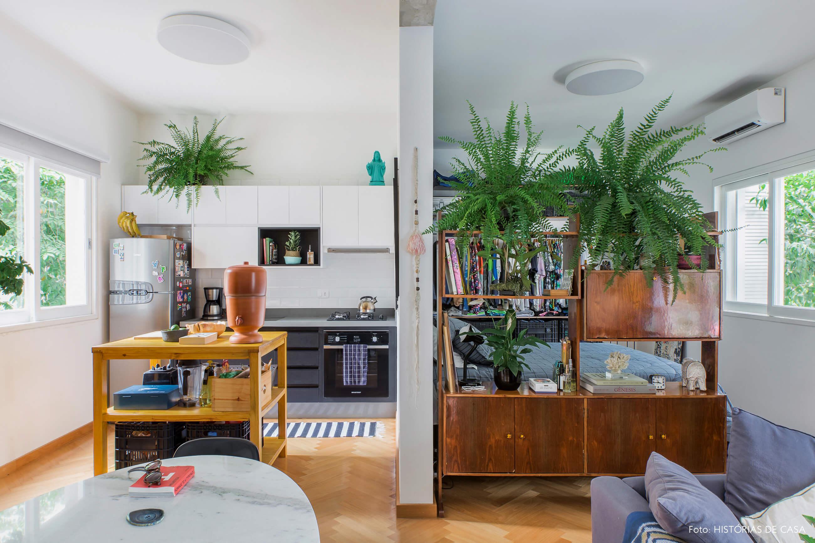 Apartamento alugado totalmente integrado, cozinha aberta com ilha móvel