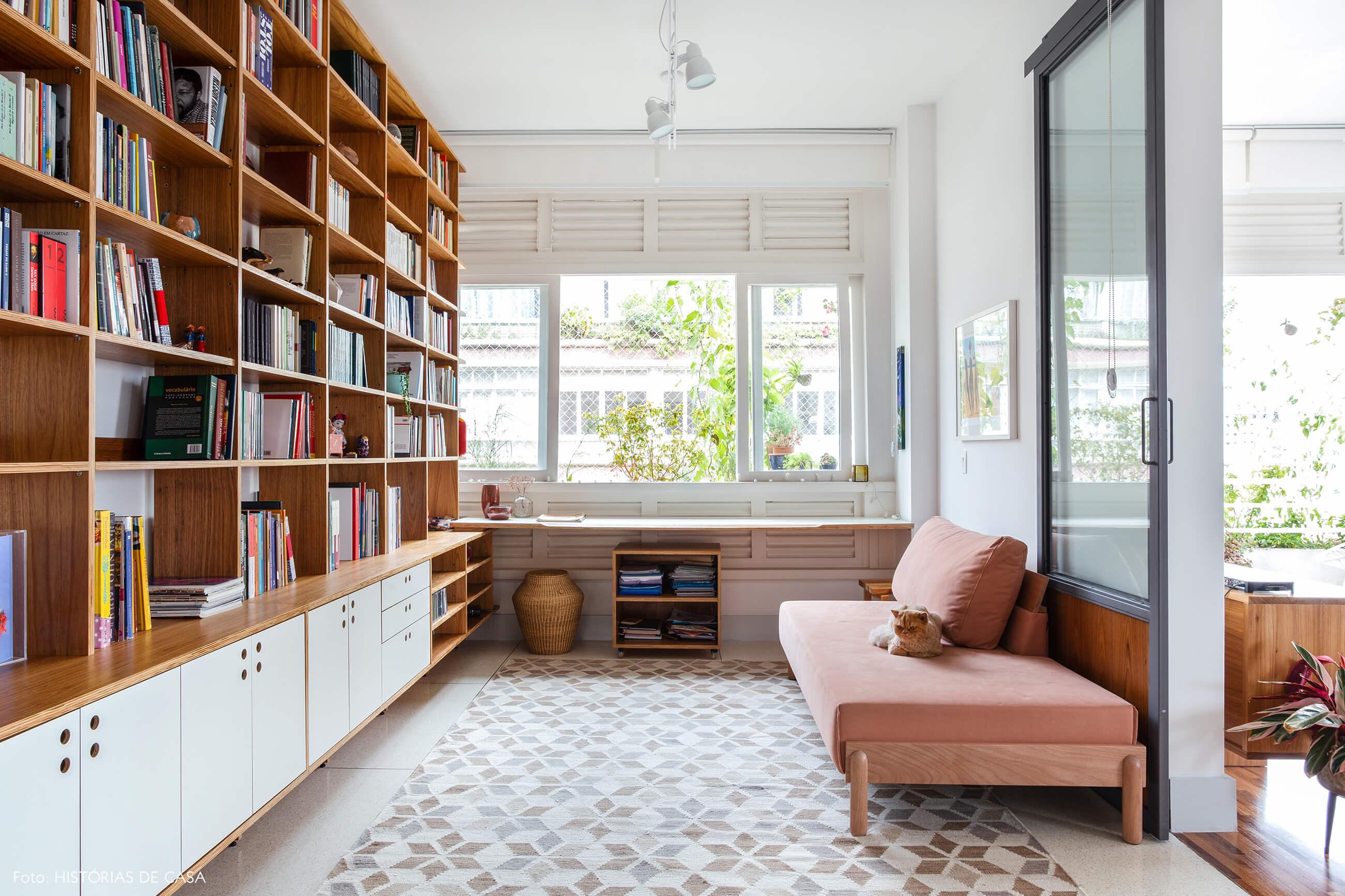 Home office com sofá rosa e marcenaria sob medida