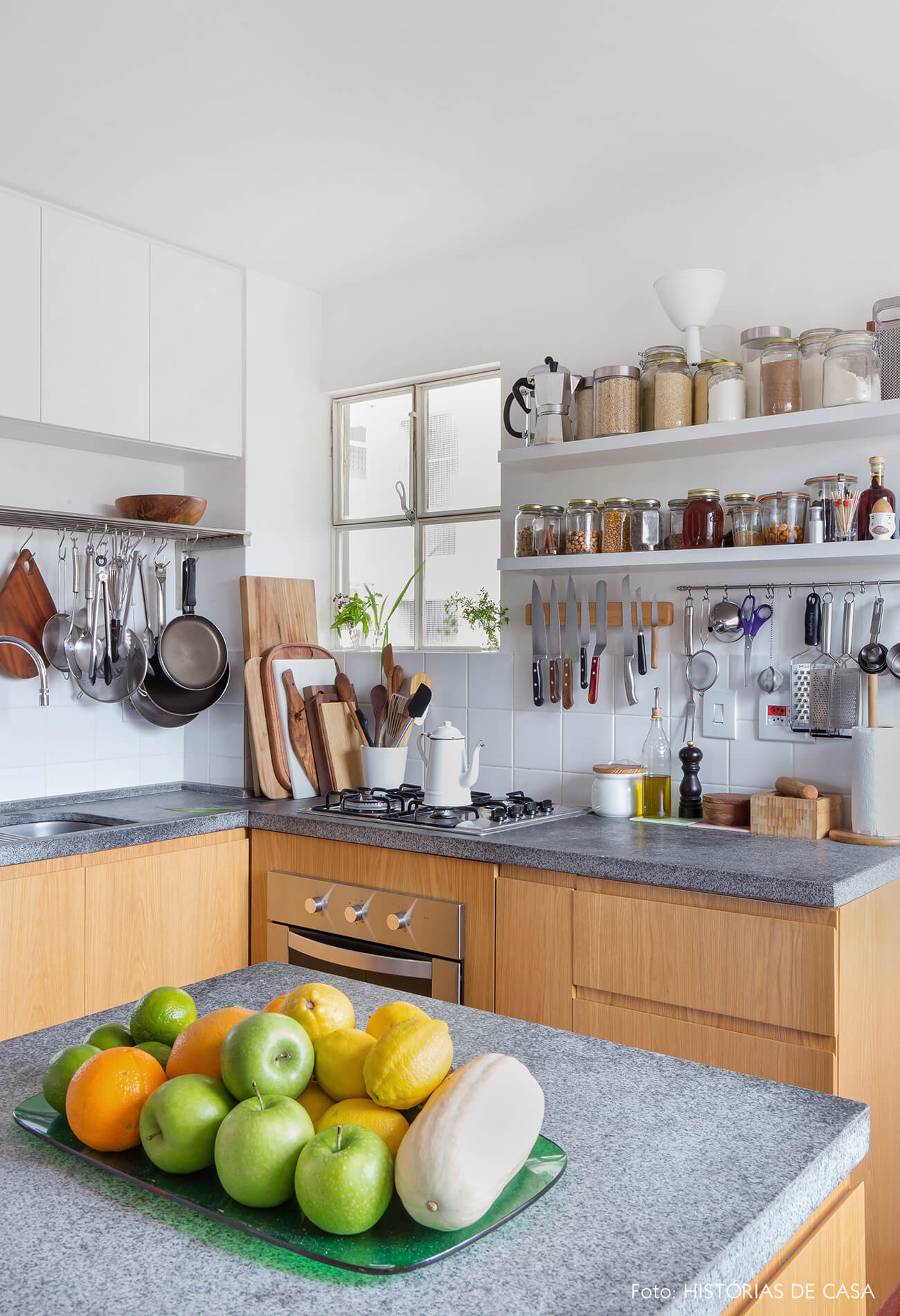 Cozinha com bancada pequena e acessórios na parede