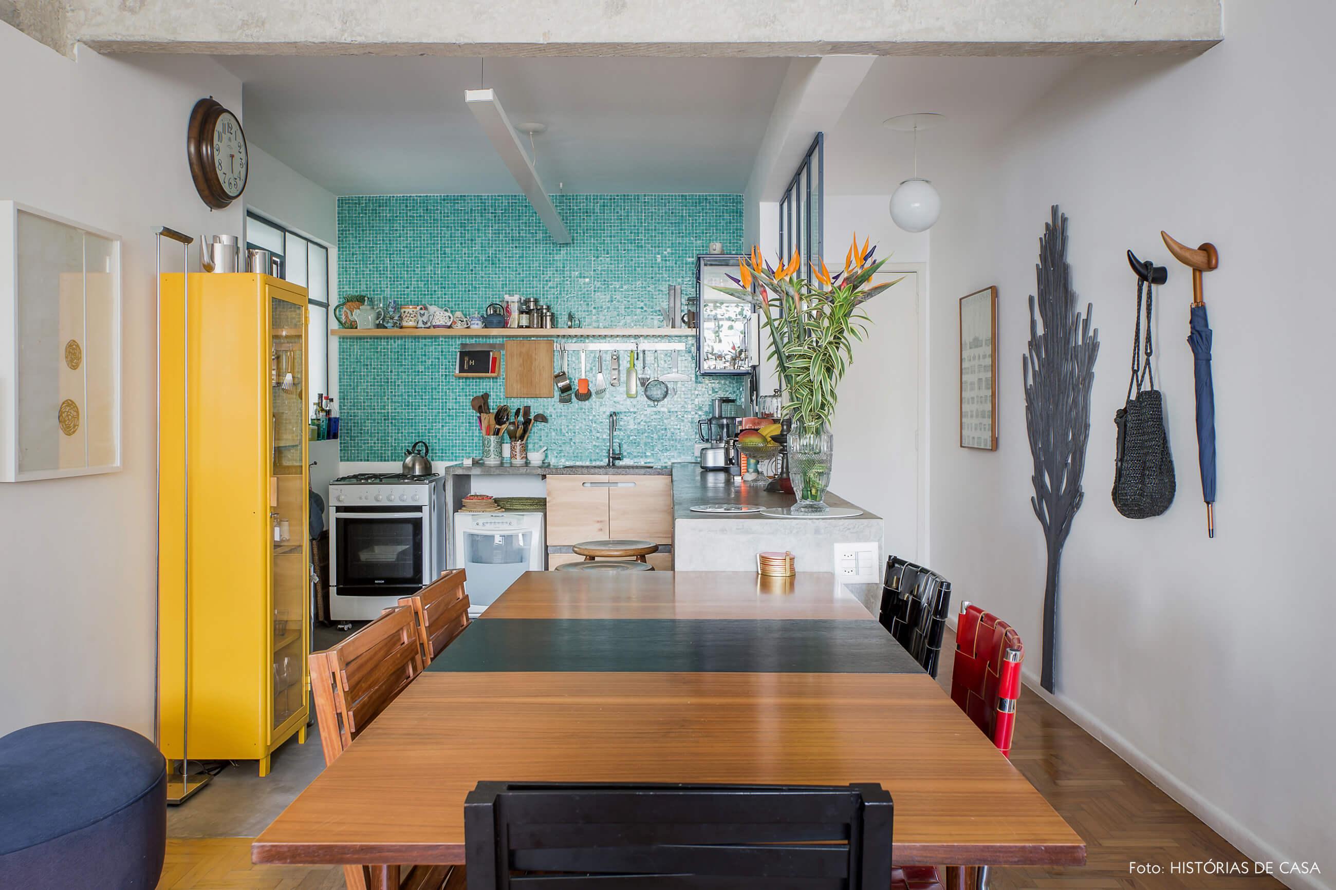 Apartamento com sala integrada com cozinha, e decoração colorida