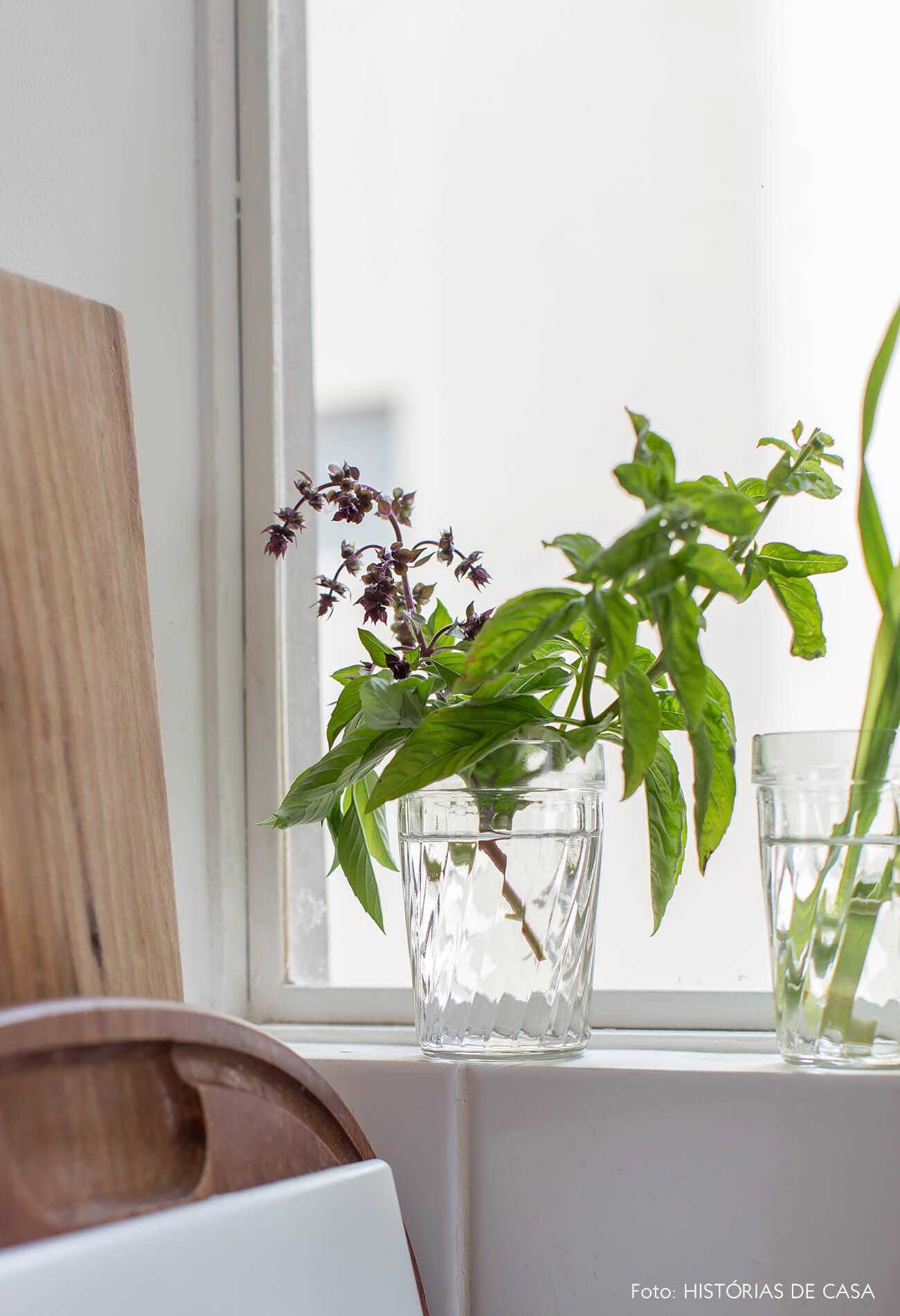 Cozinha com copos e tempero, ervas