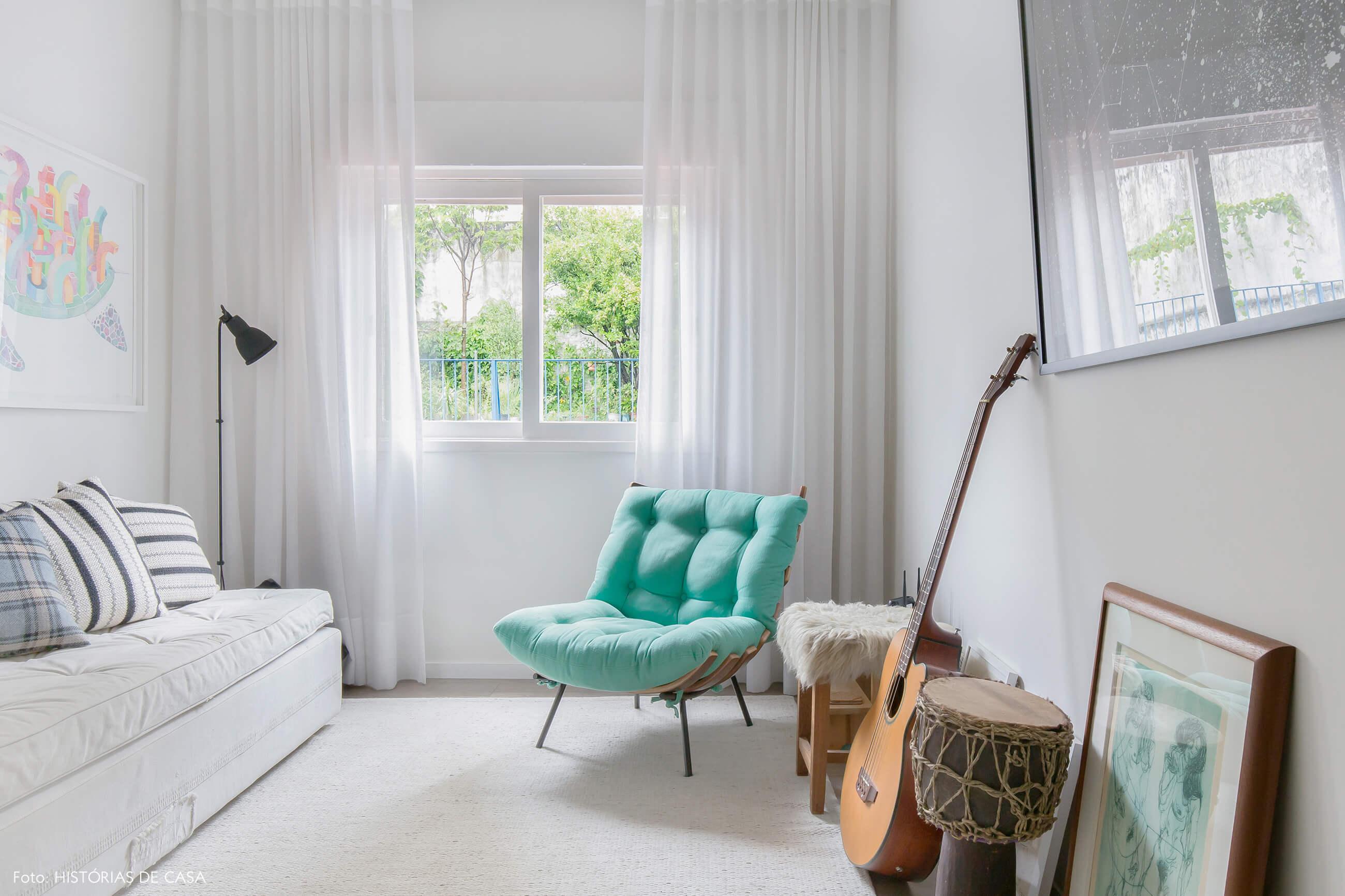 Sala de estar aconchegante com poltrona Costela