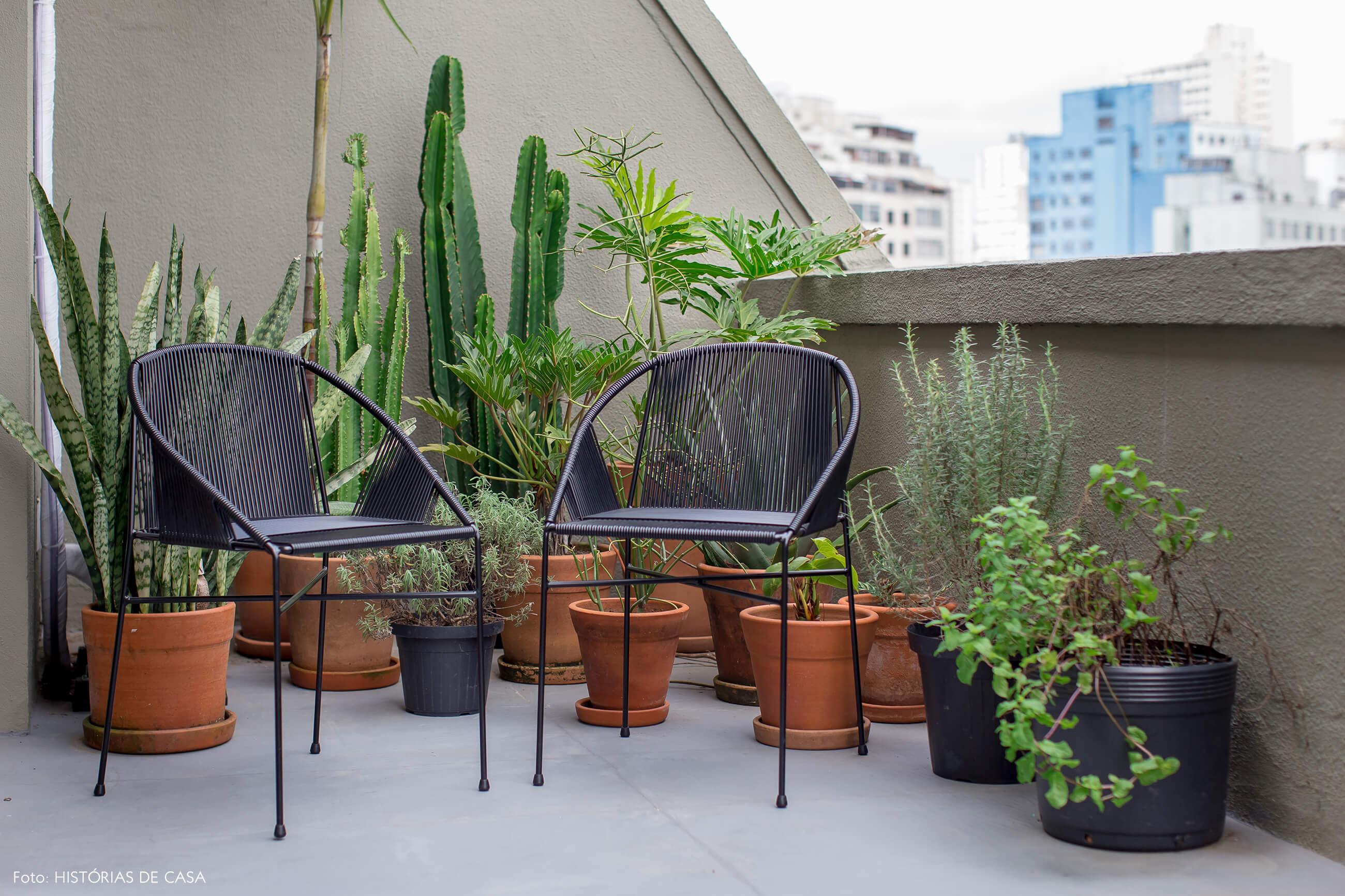 Apartamento no centro de São Paulo com varanda e muitas plantas e cactos