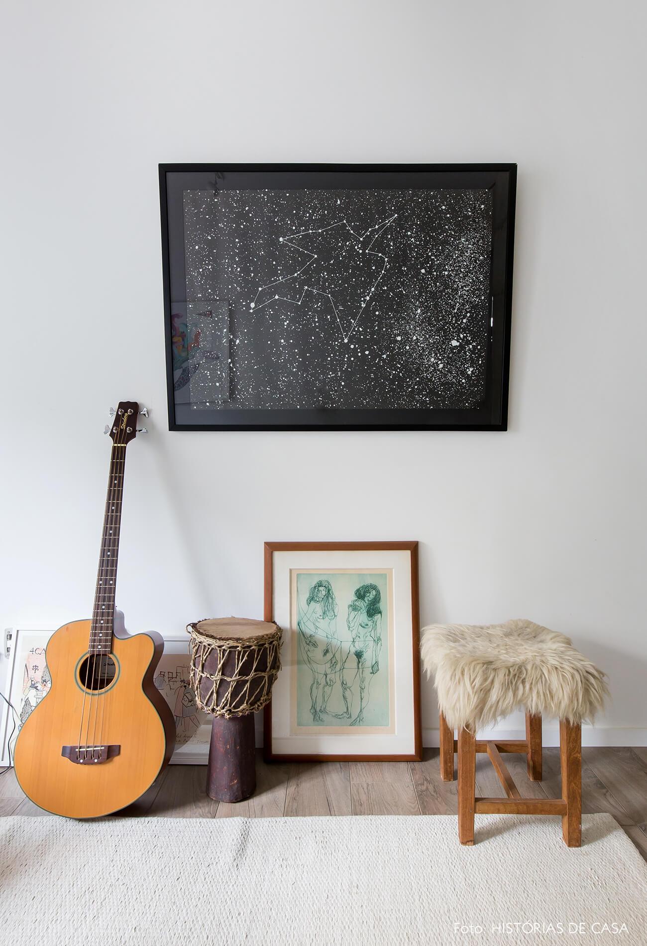 Sala de música com instrumentos e quadro em preto e branco