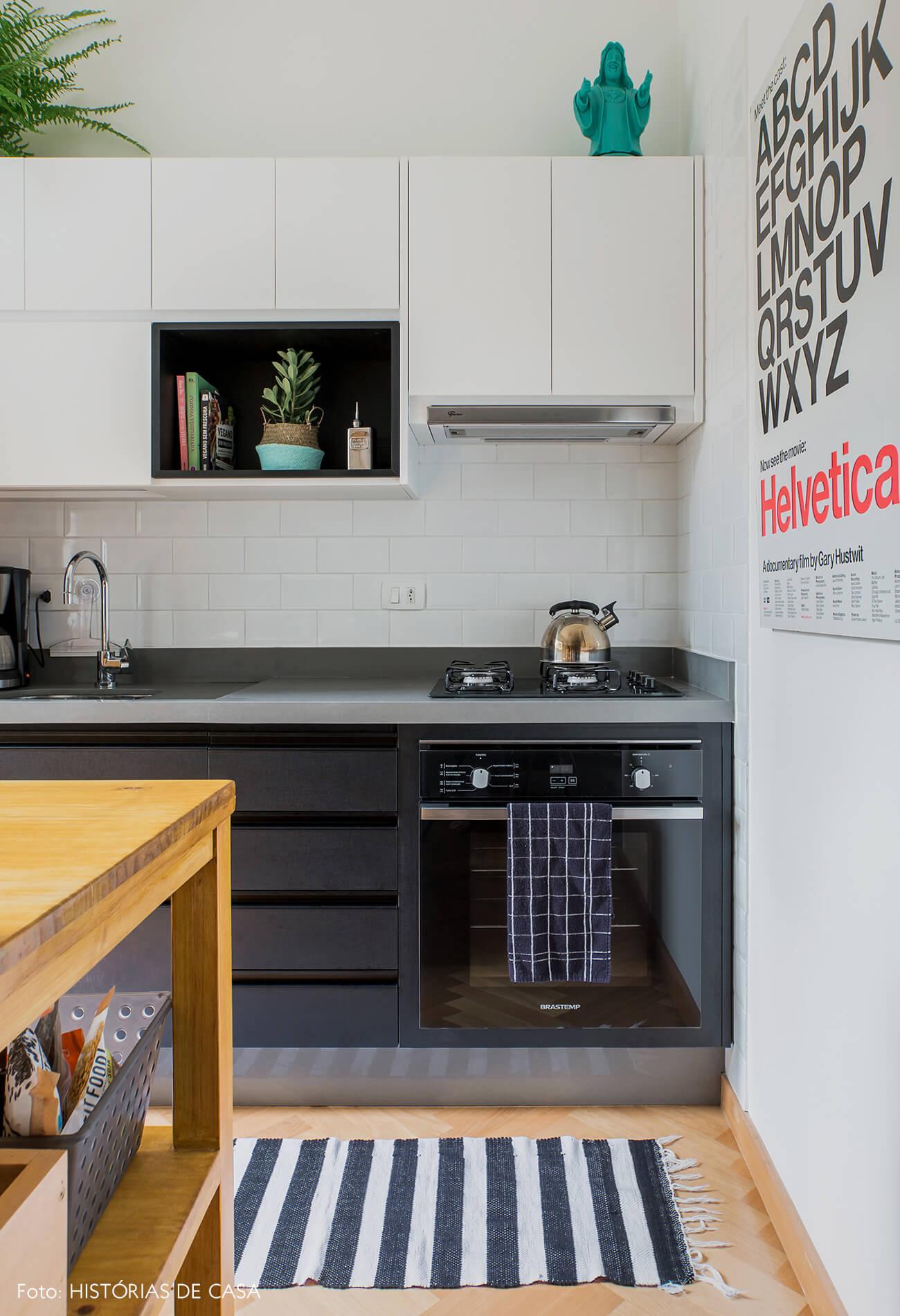 Apartamento alugado totalmente integrado, cozinha aberta com marcenaria em dois tons