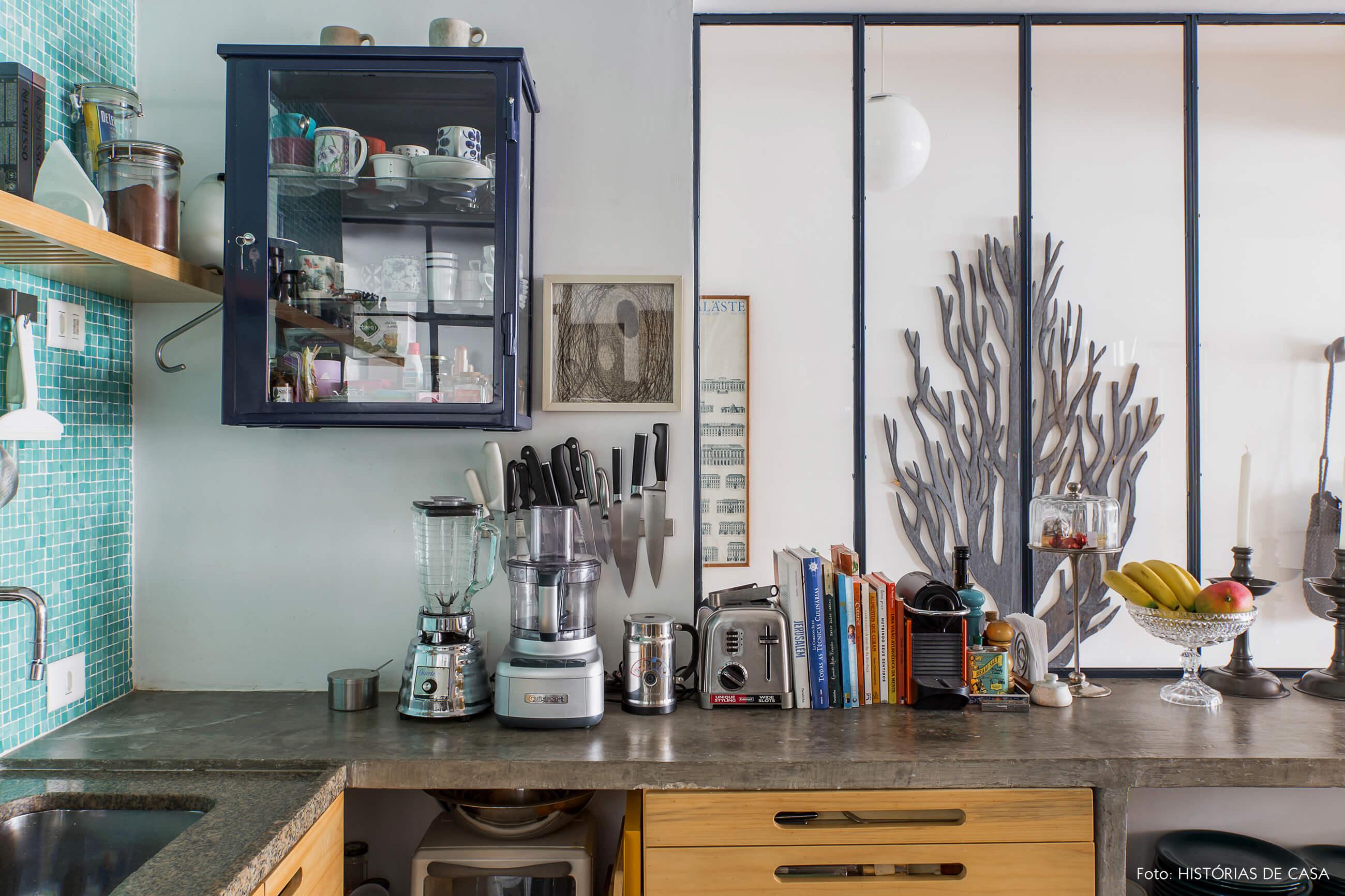 Bancada de concreto e divisória de serralheria e vidro