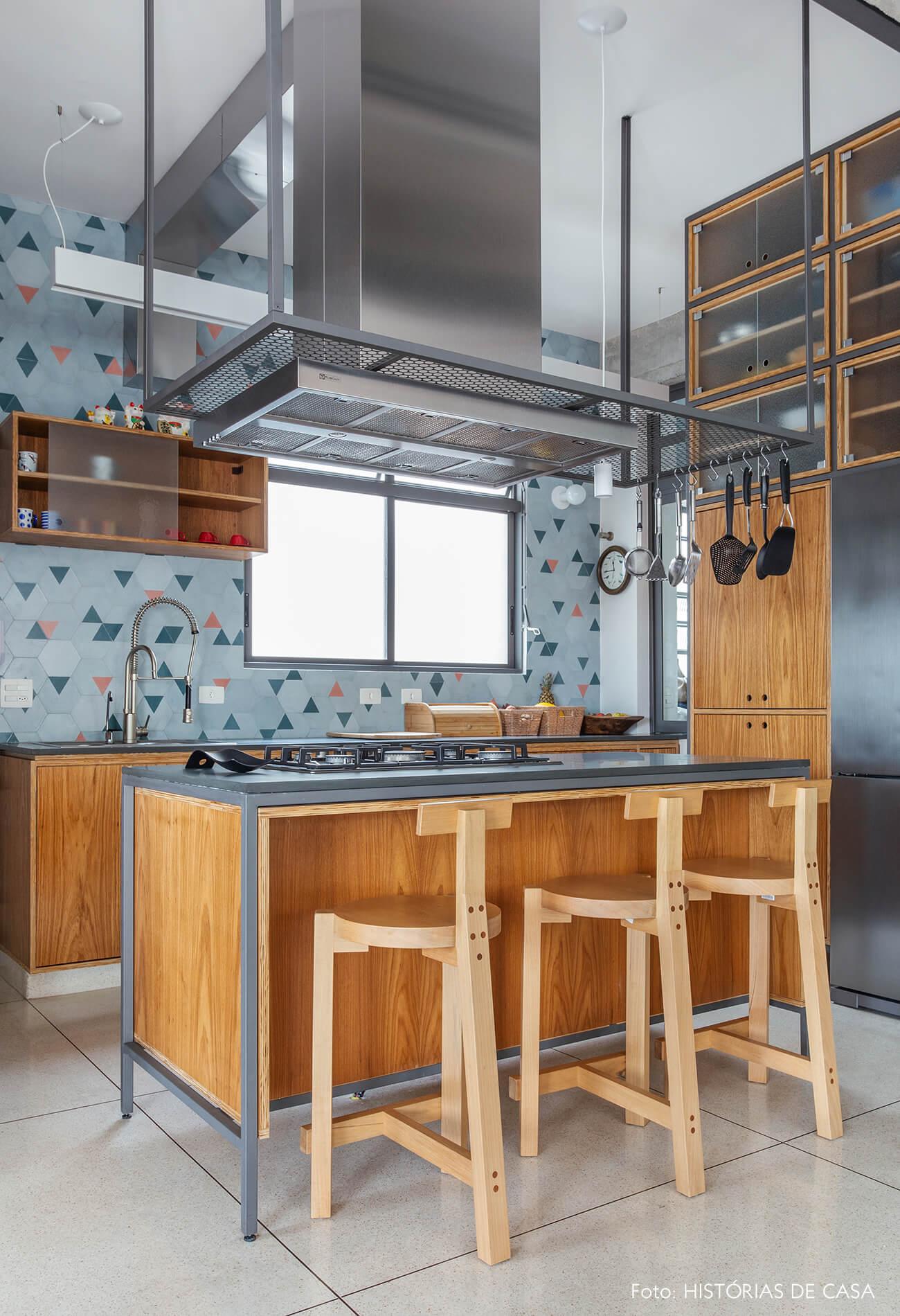 Apartamento reformado com cozinha integrada e parede de ladrilhos