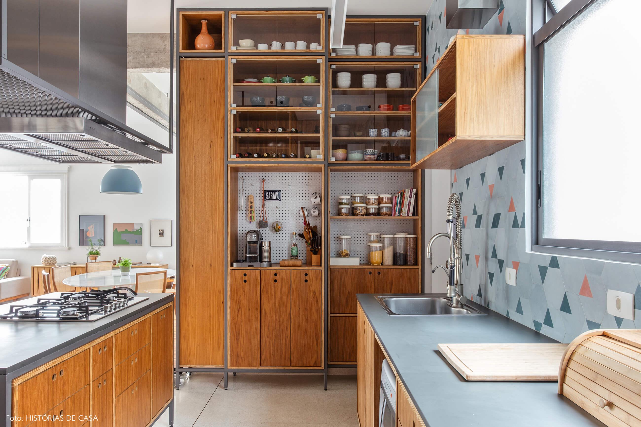 Cozinha reformada com piso de granilite e marcenaria sob medida
