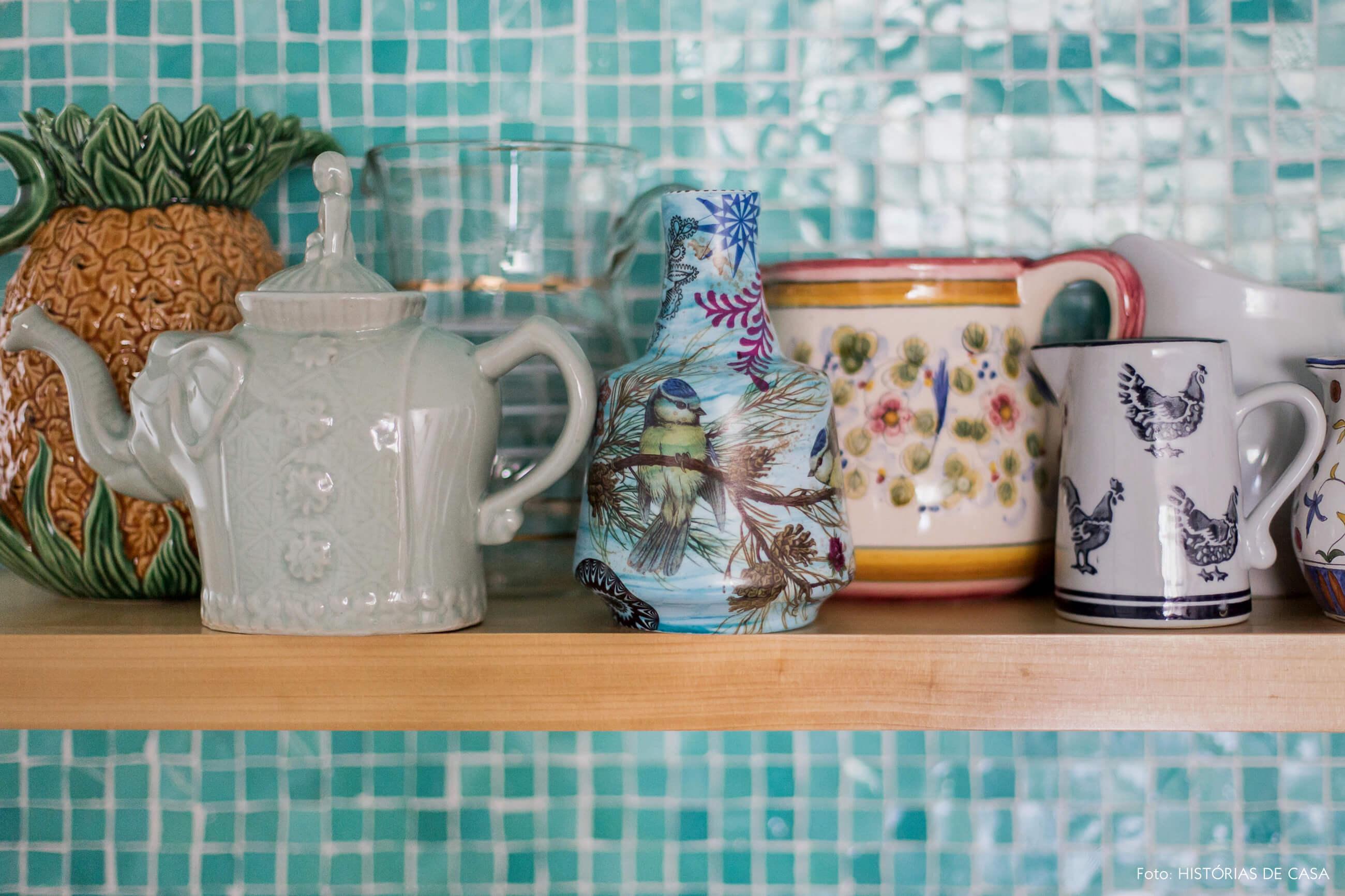 Prateleira para louças coloridas na cozinha
