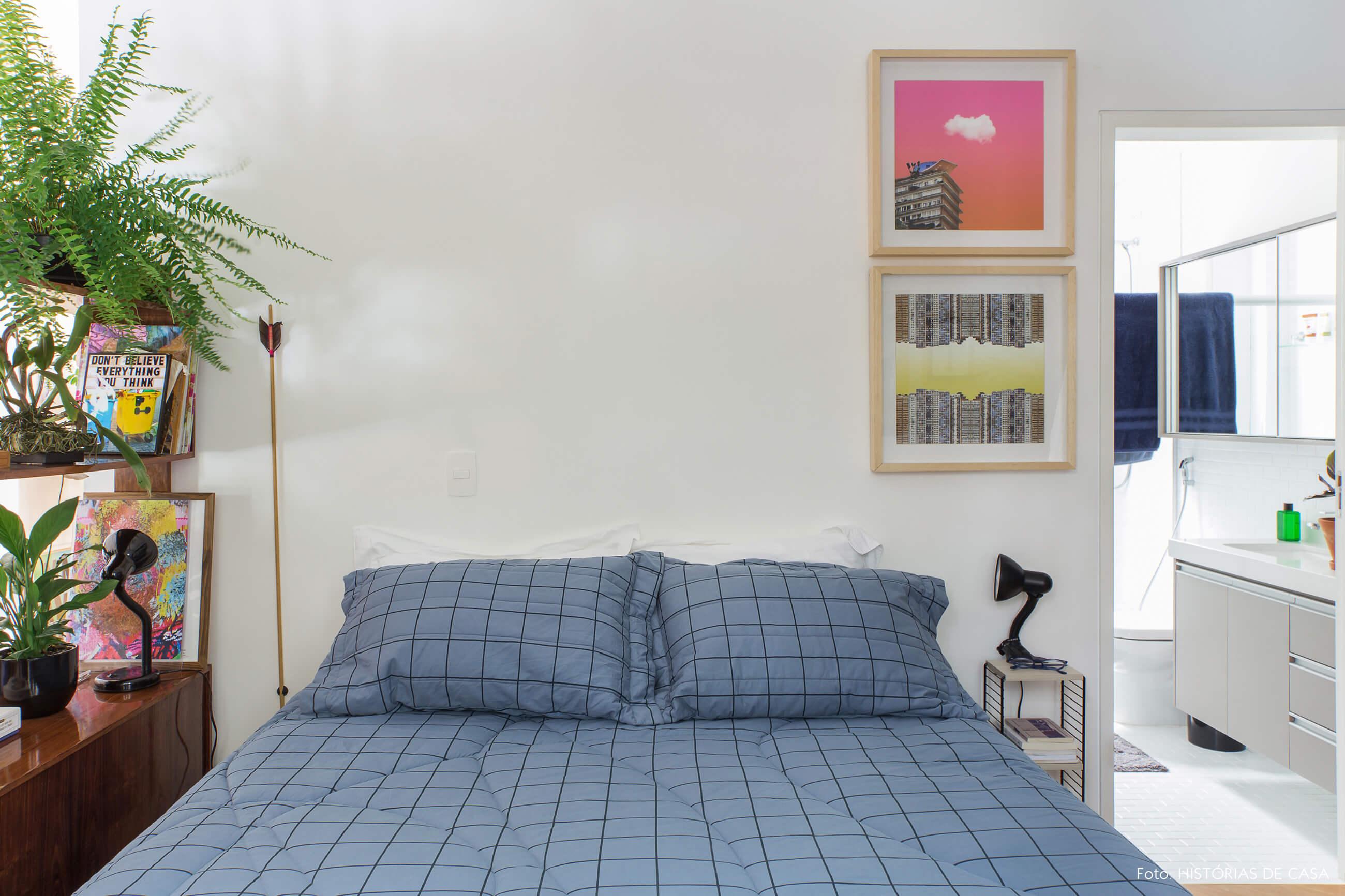 Apartamento alugado com quarto integrado à sala, estante com plantas
