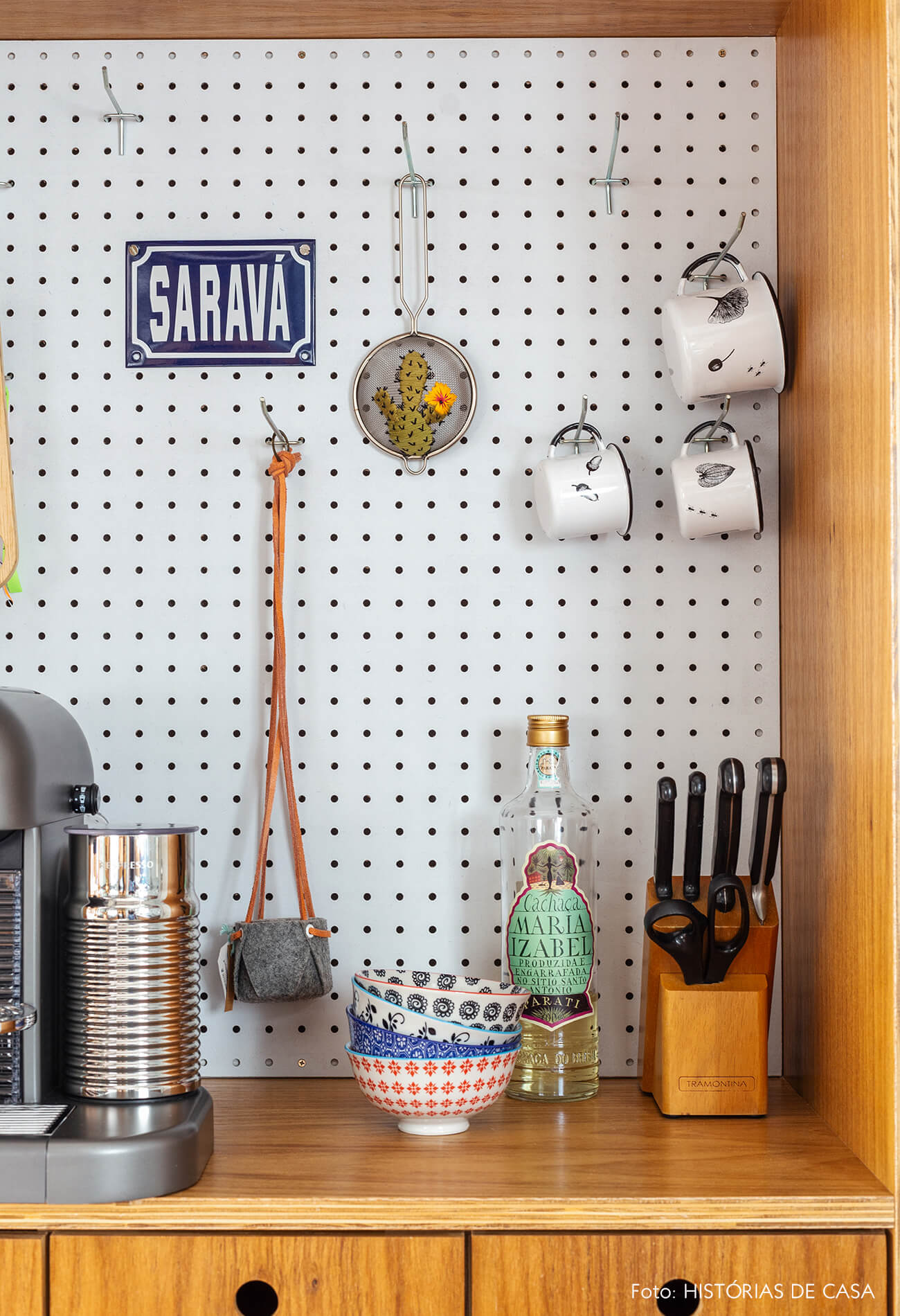 Painel de pegboard na cozinha
