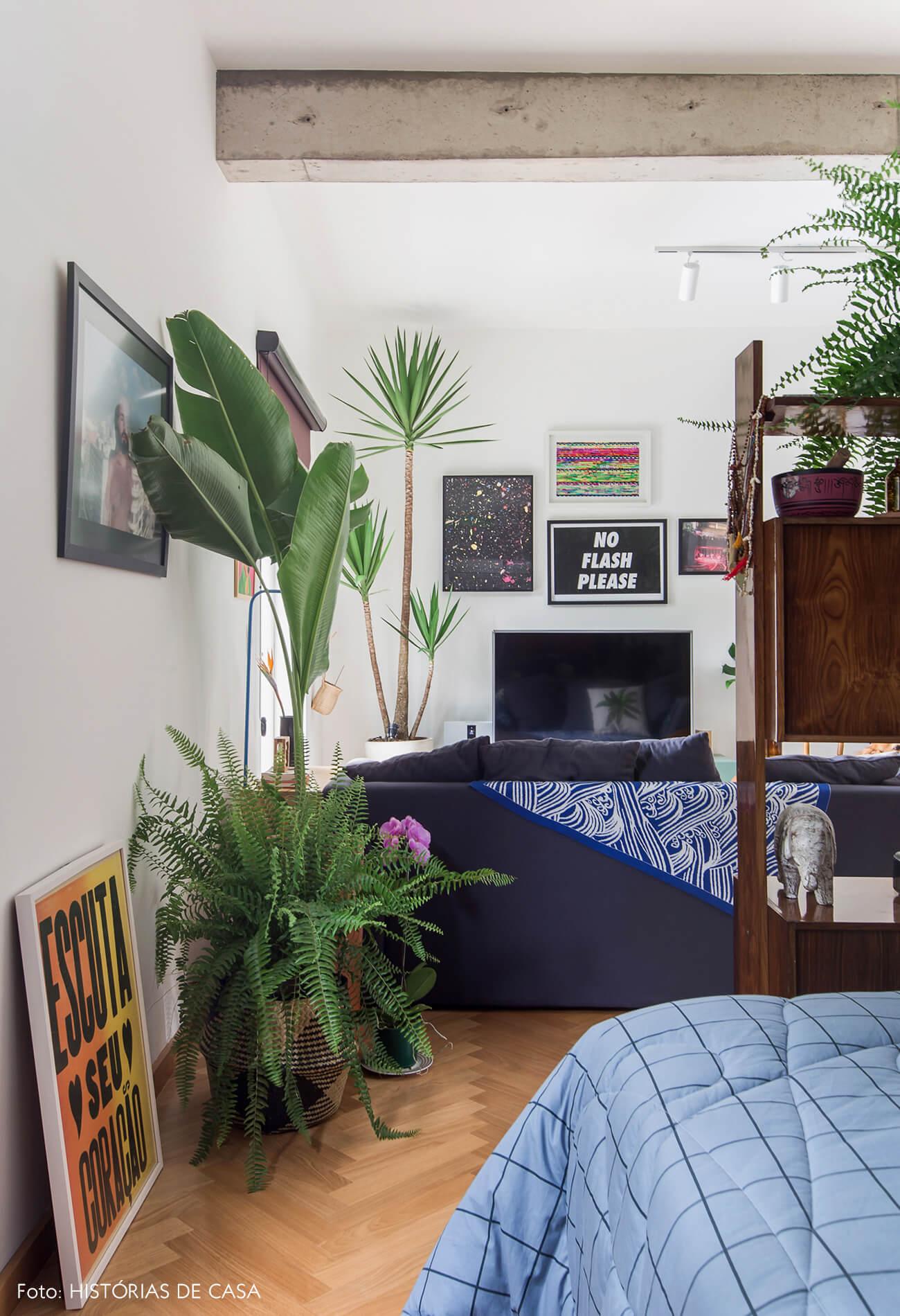 Apartamento integrado com estante vintage servindo como divisória