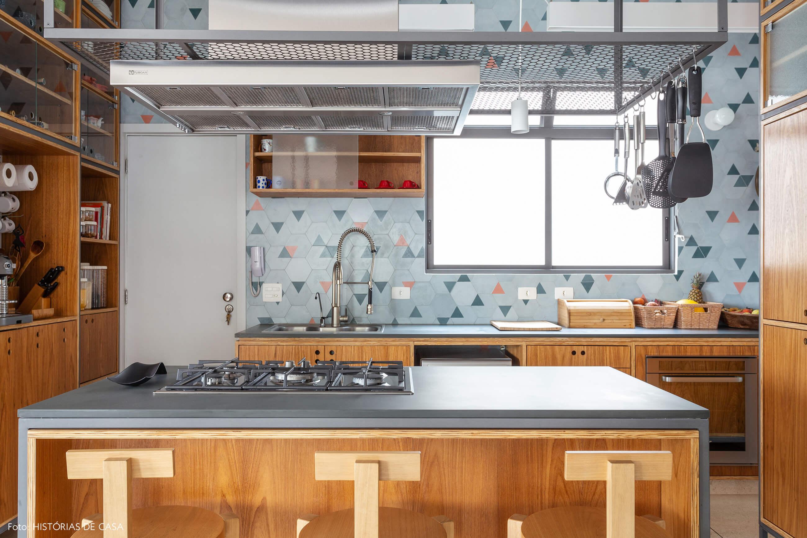 Cozinha reformada com piso de granilite e ilha central com banquetas Girafa