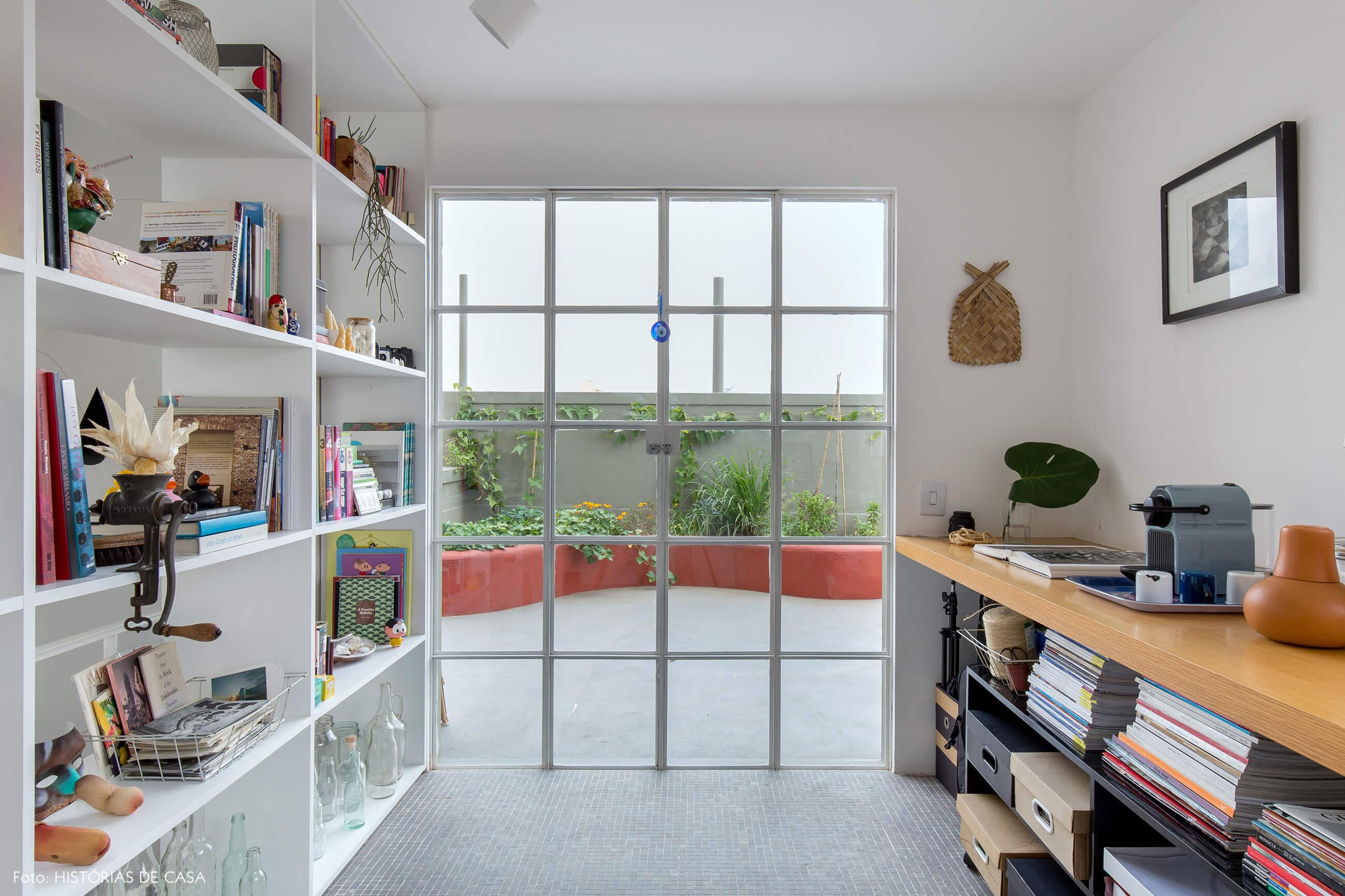 Apartamento com varanda na cobertura e portas de serralheria brancas