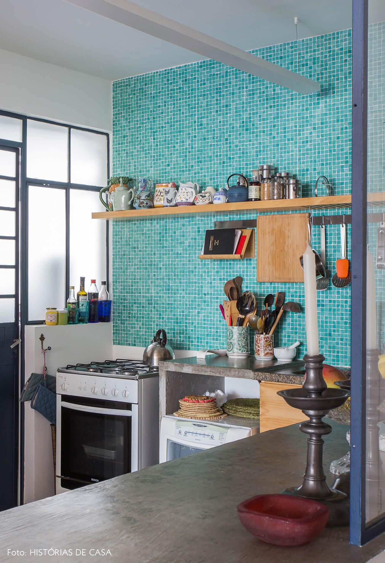 Cozinha com pastilhas coloridas na parede