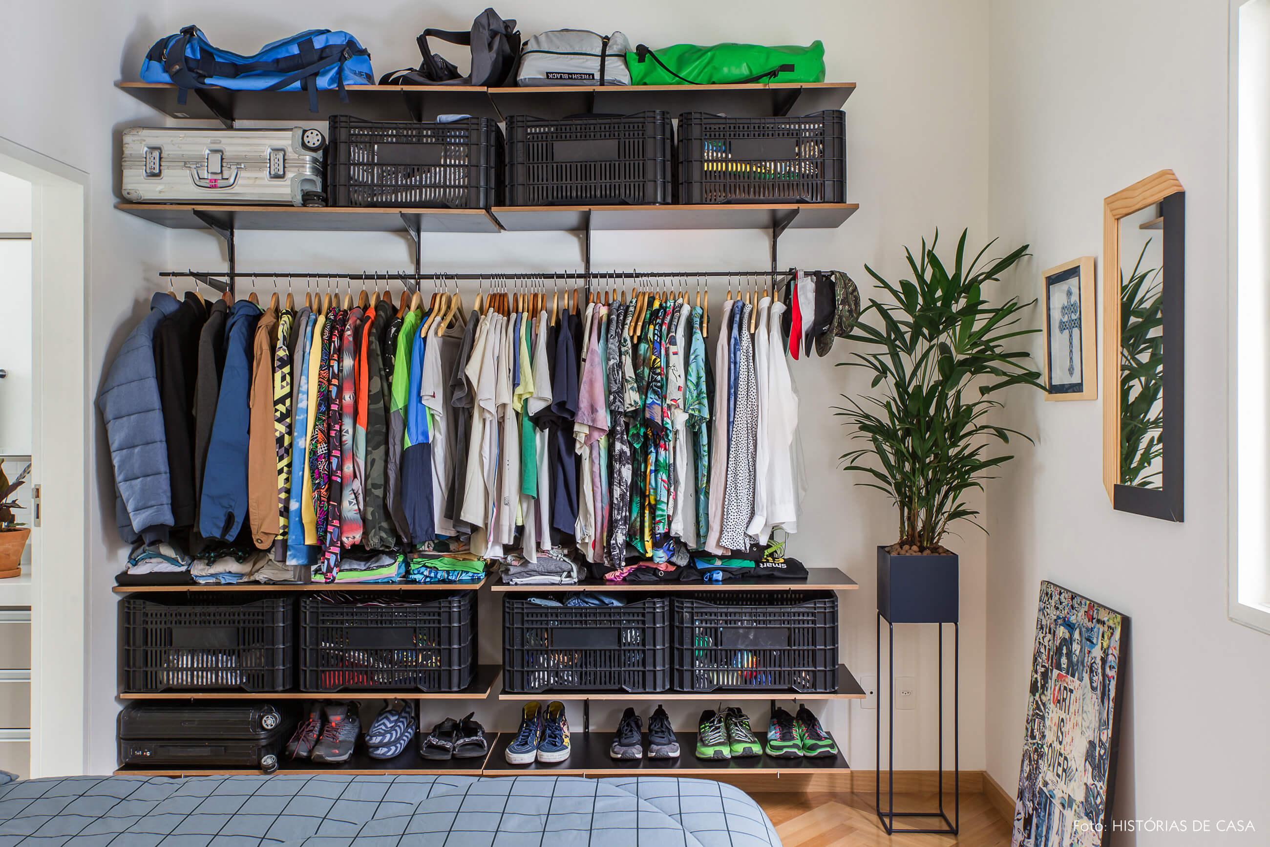 Apartamento alugado com quarto integrado, armário aberto DIY