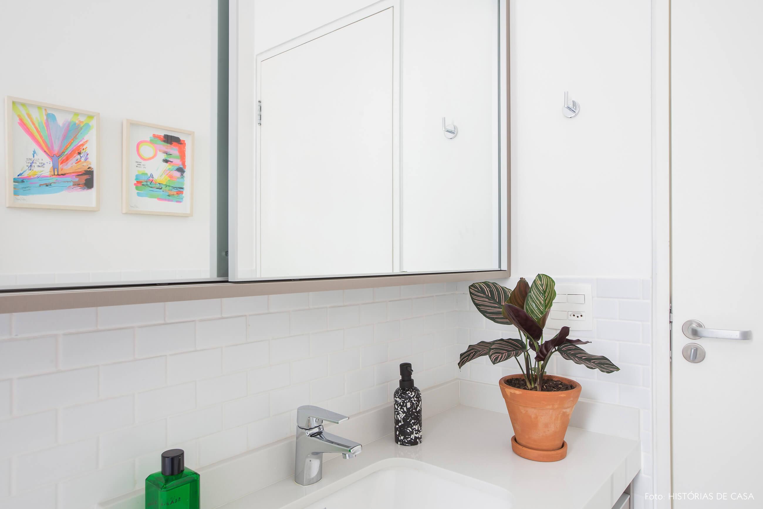 Banheiro todo branco com detalhes charmosos