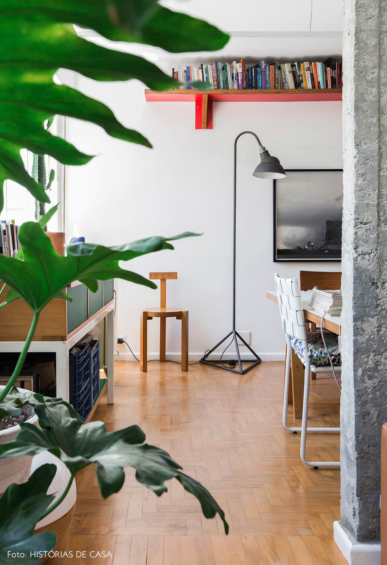 Apartamento integrado com pilares de concreto e piso de tacos
