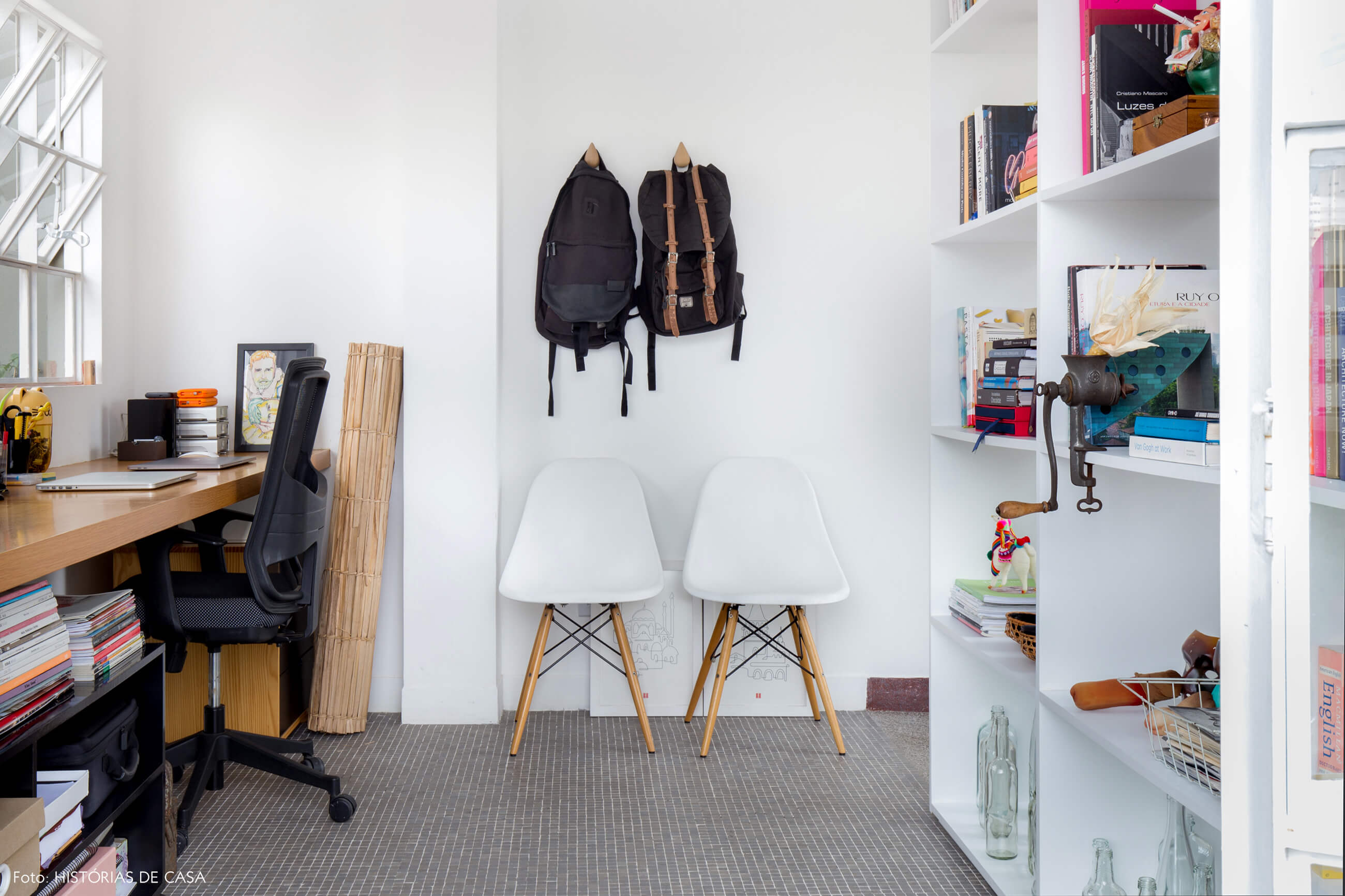 Home office com piso de pastilhas e estante branca