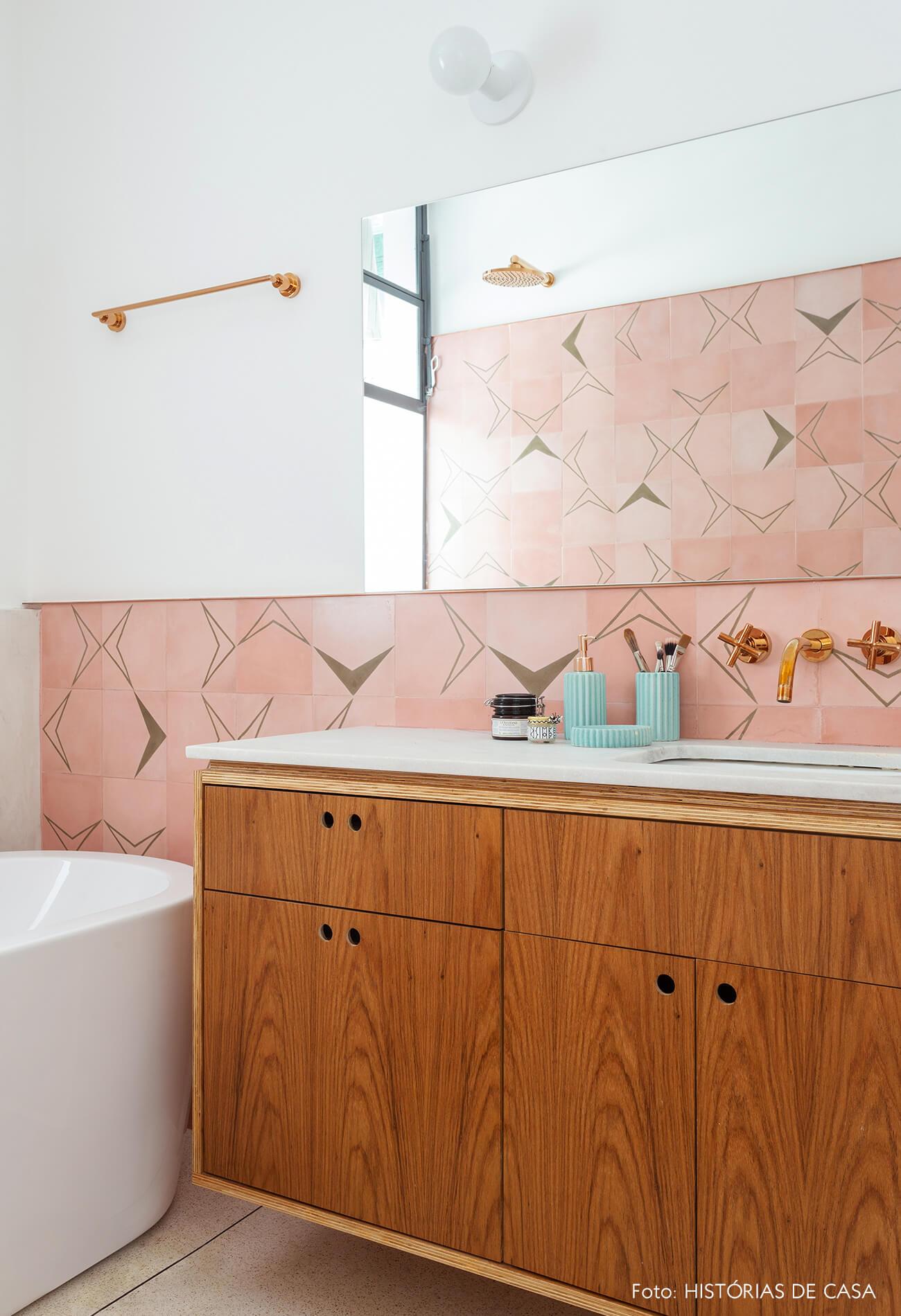 Banheiro com parede de ladrilhos hidráulicos rosa e banheira
