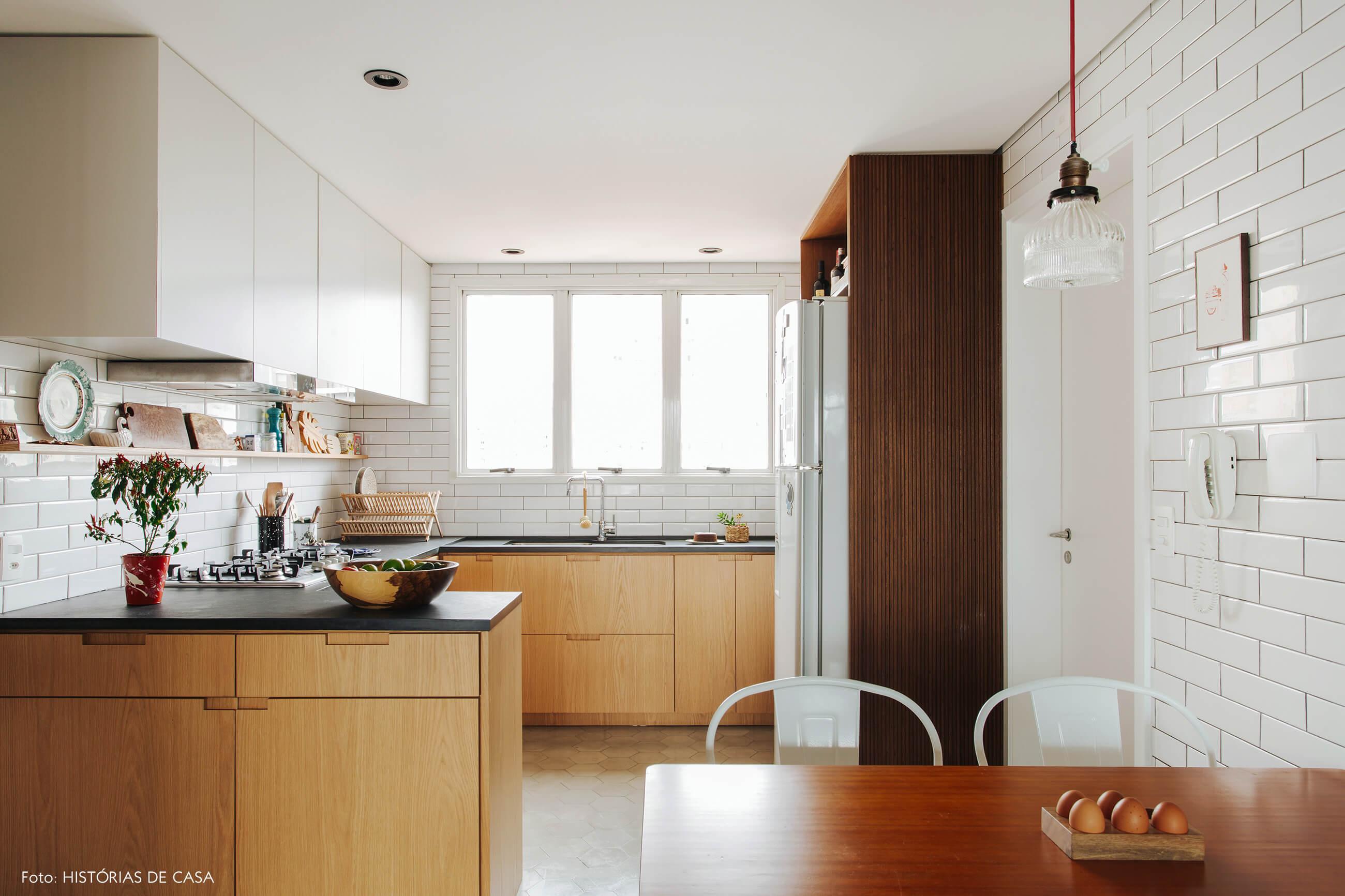Cozinha reformada, marcenaria em tons claros e piso de ladrilhos
