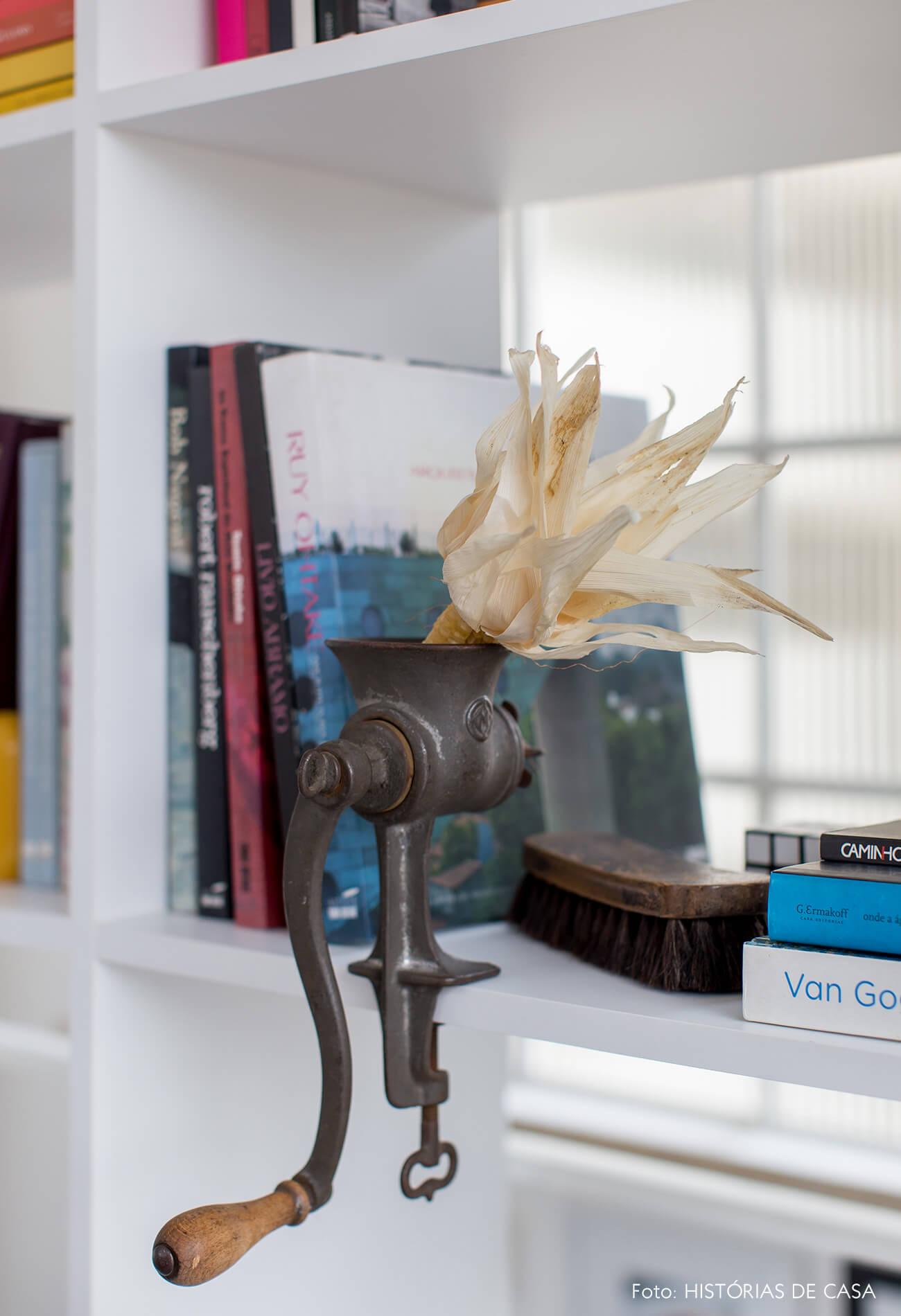 Estante branca vazada com decoração colorida e objetos de coleção