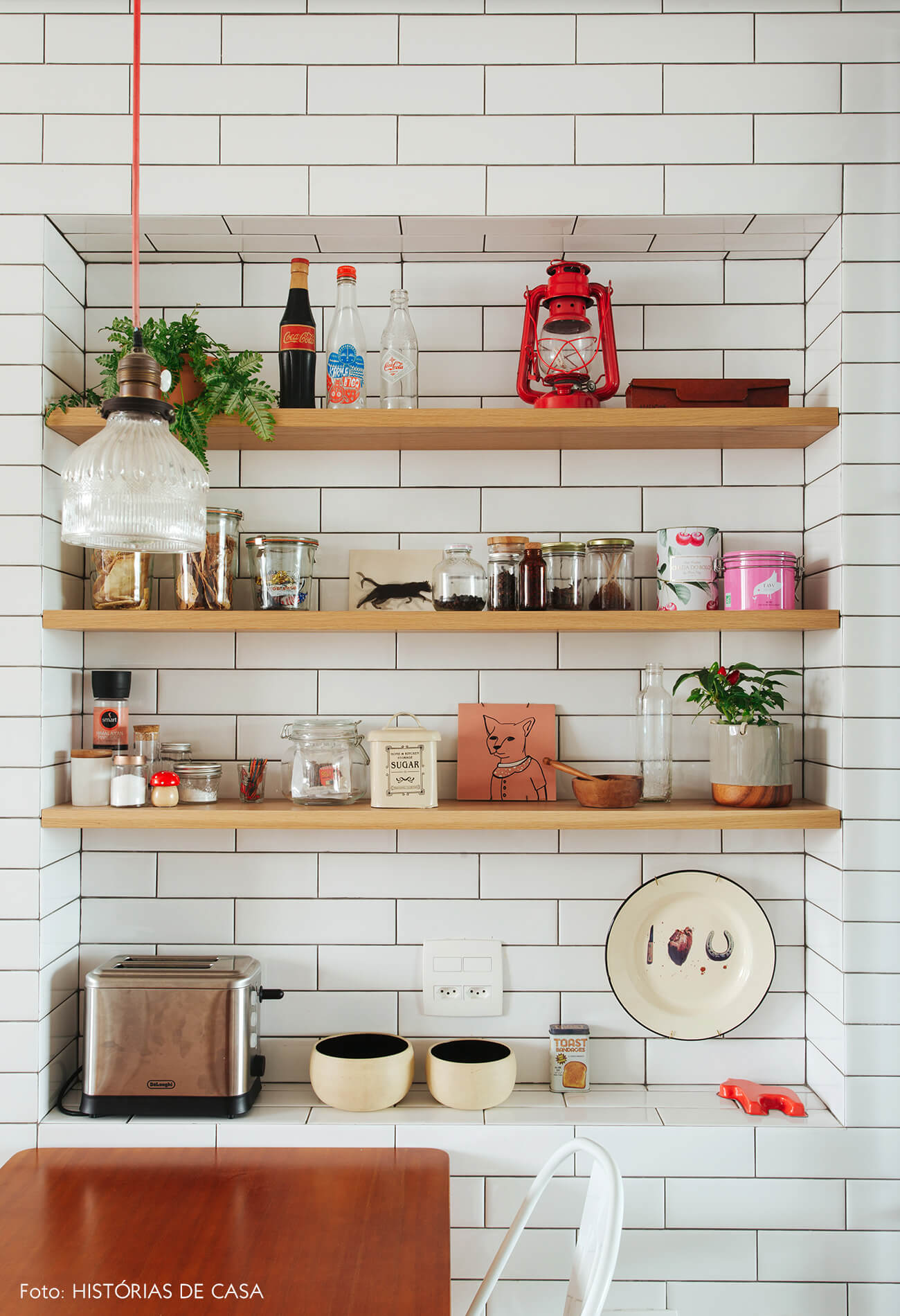 Cozinha com nicho embutido e revestido de subway tiles