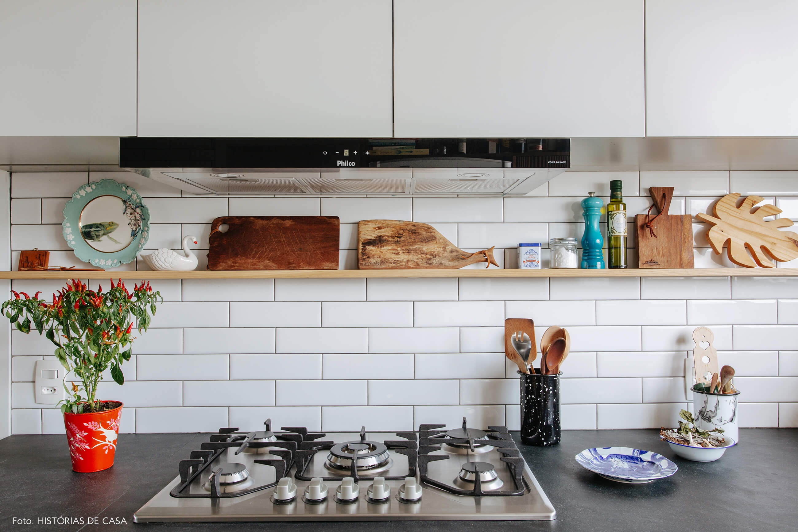 Cozinha reformada, marcenaria em tons claros e frontão de subway tiles