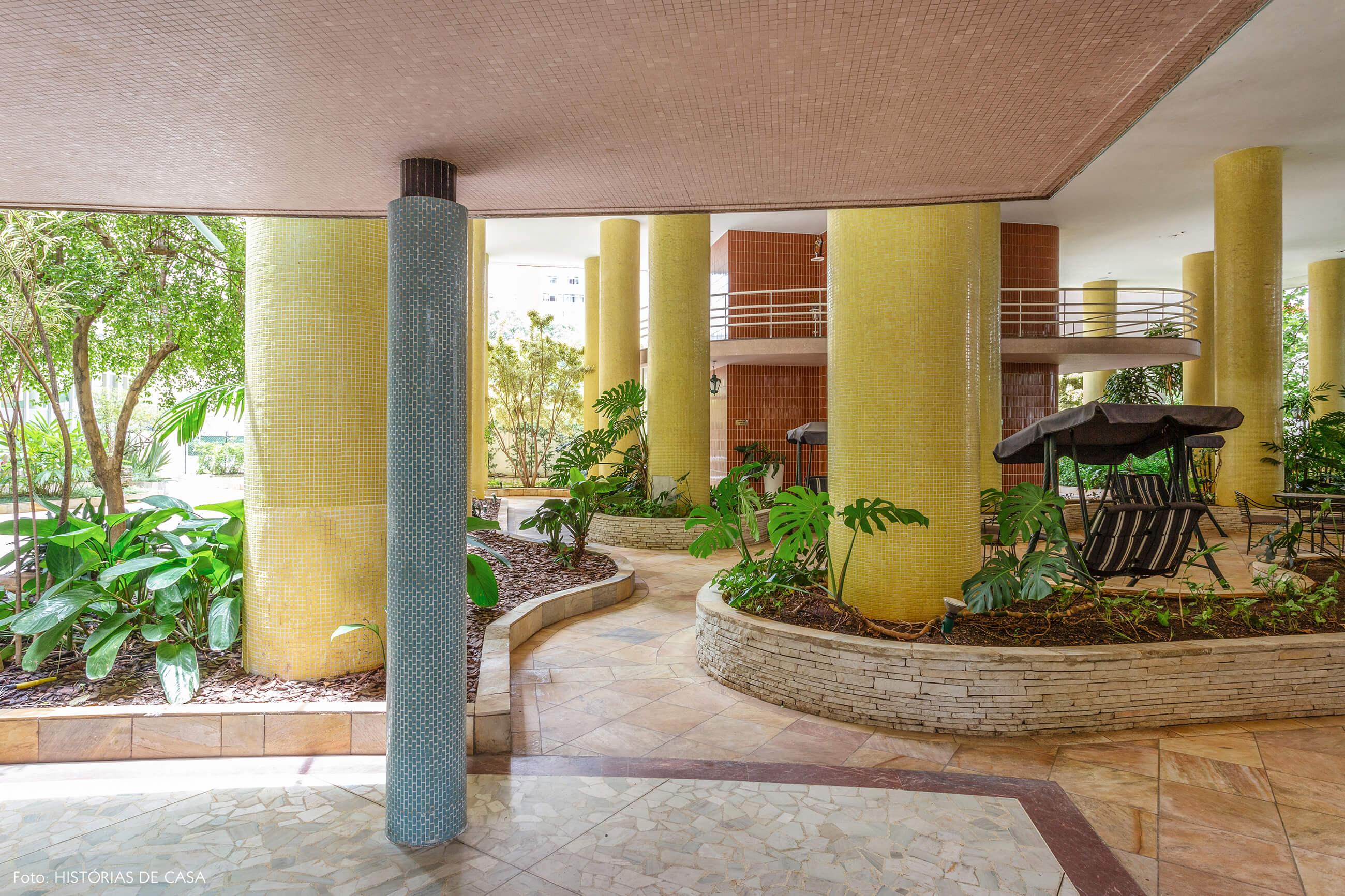 Pilares com pastilhas coloridas do Edifício Parque das Hortênsias, de Artacho Jurado