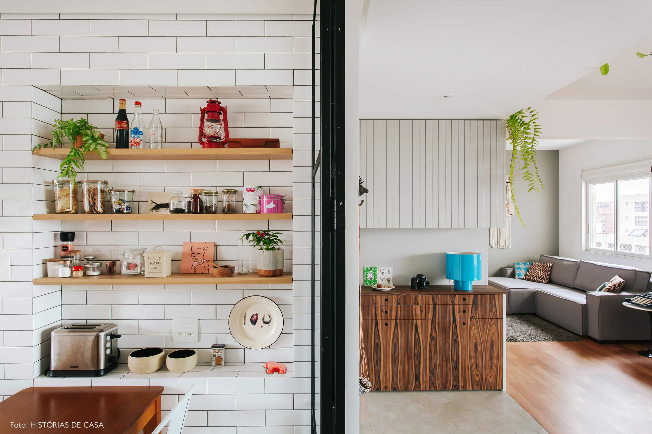 Cozinha integrada com nicho feito de subway tiles e marcenaria em dois tons