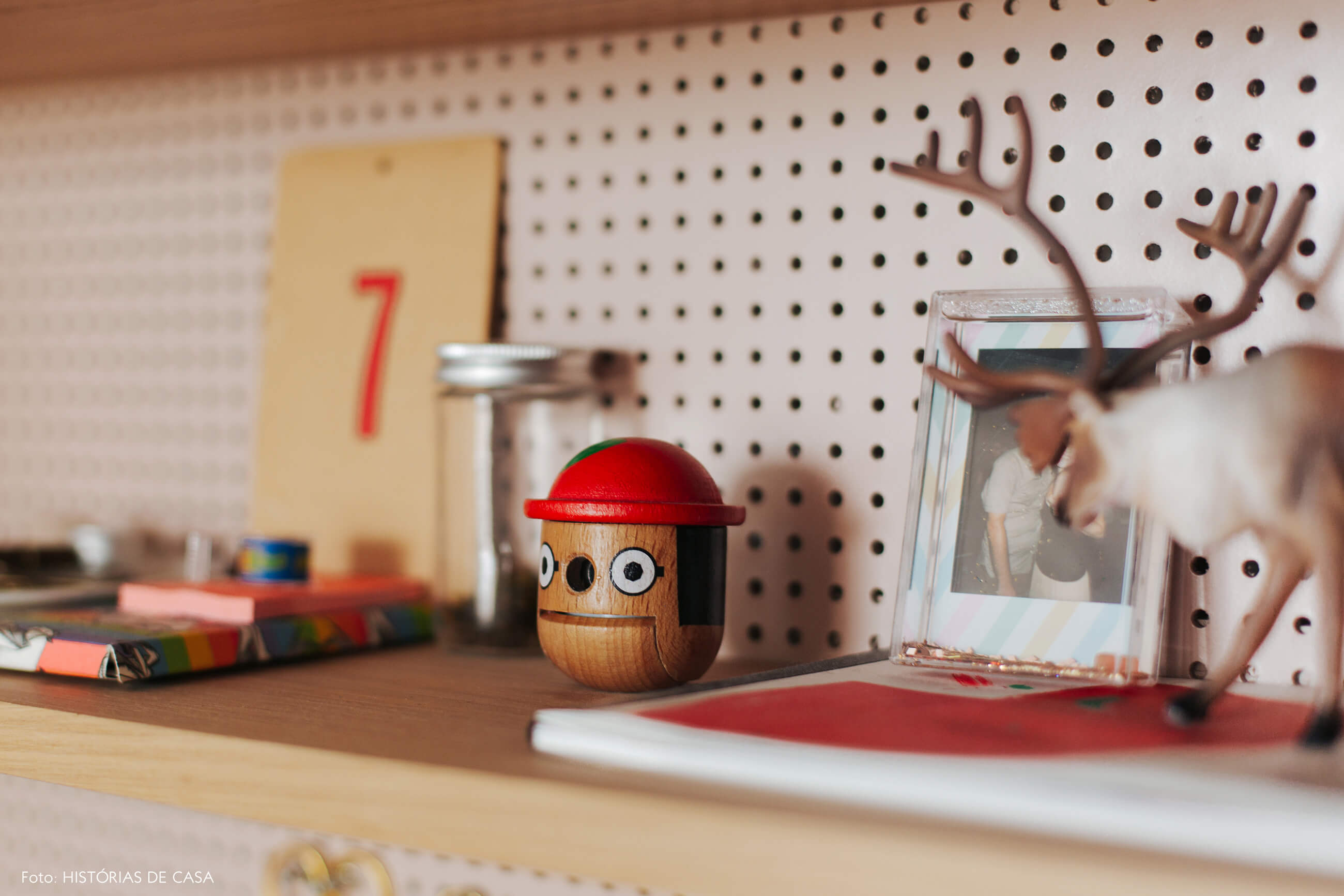 Home office com parede de fundo de pegboard