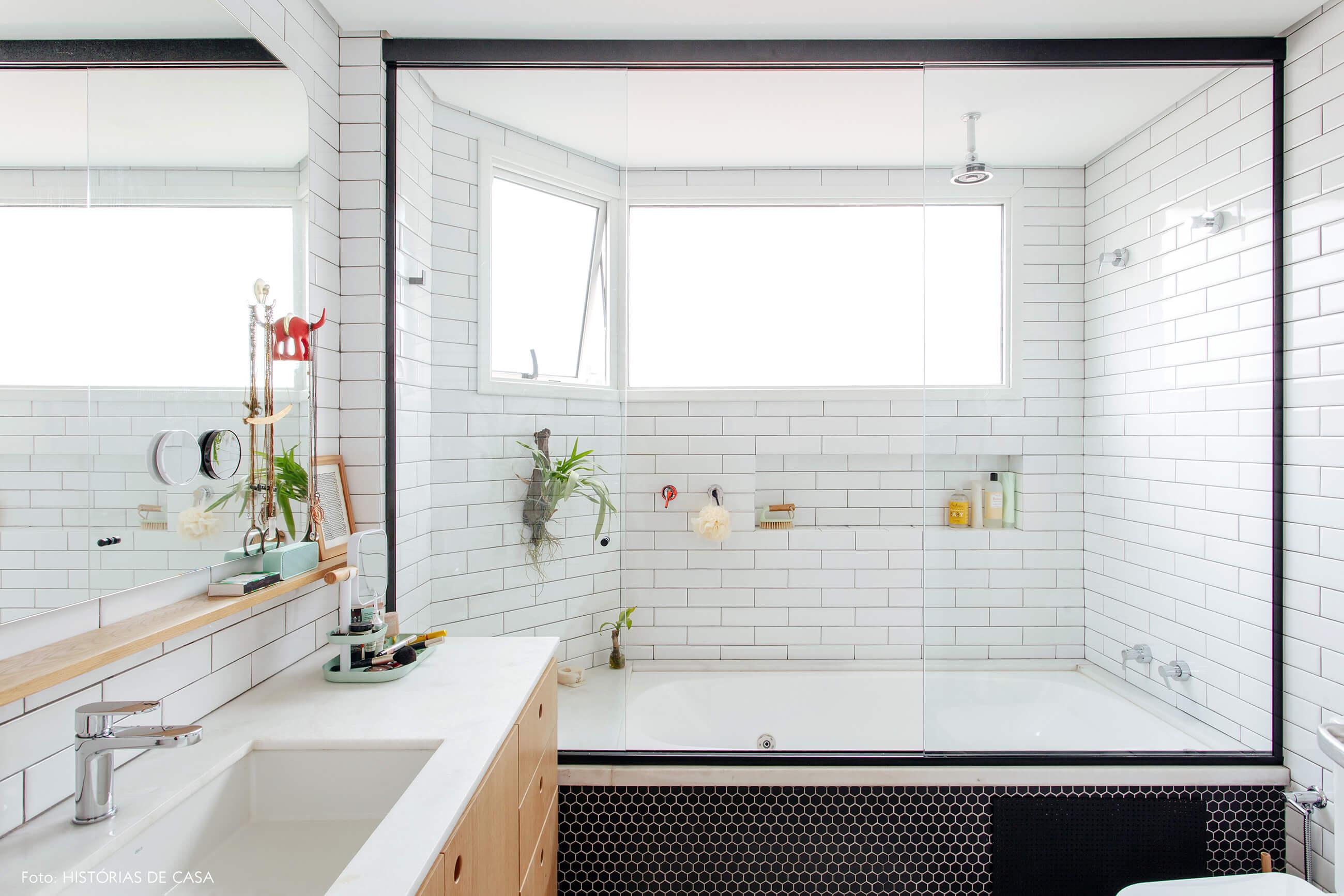 Banheiro reformado com azulejos do tipo subway tiles e banheira
