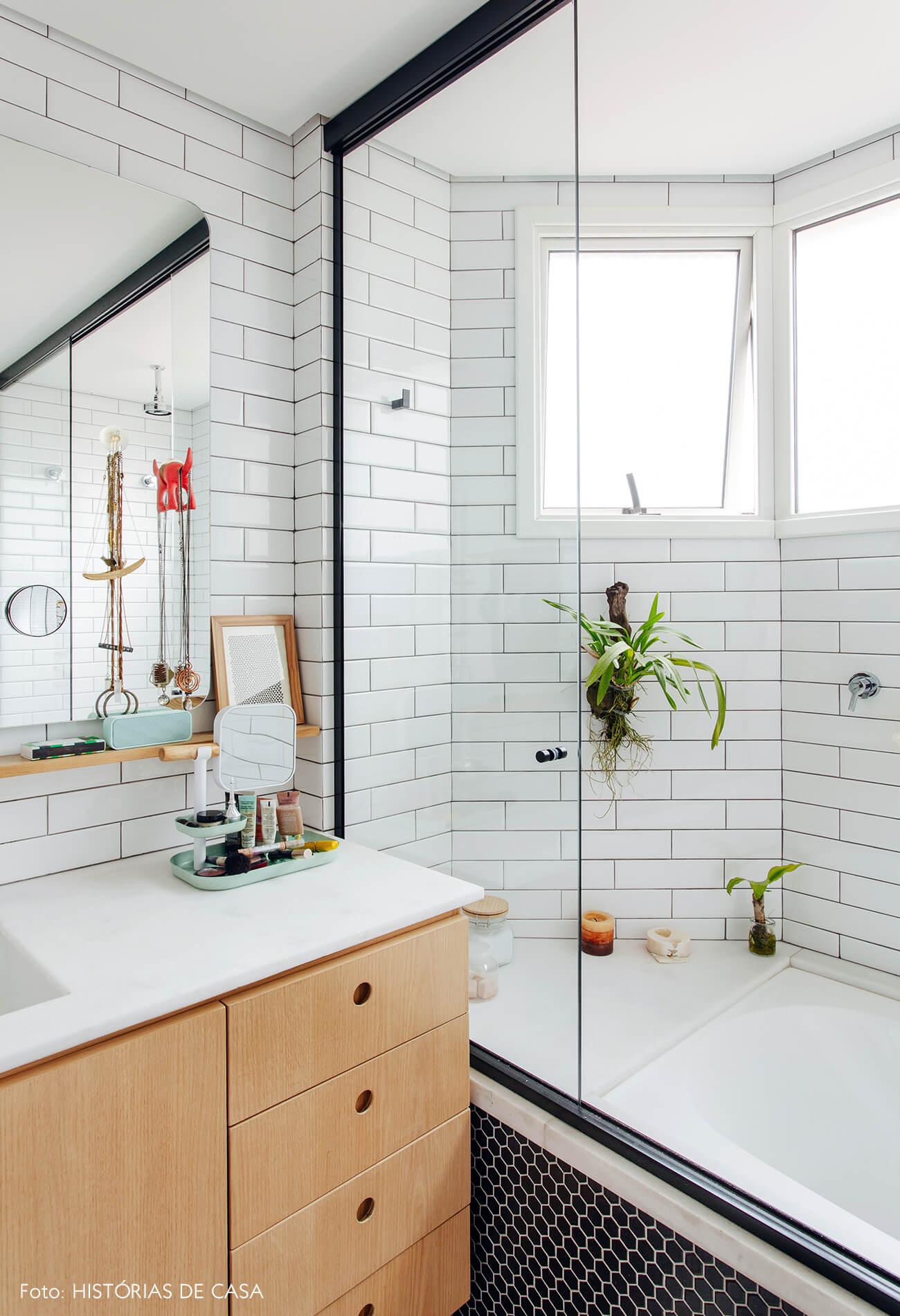 Banheiro reformado com azulejos do tipo subway tiles e marcenaria neutra