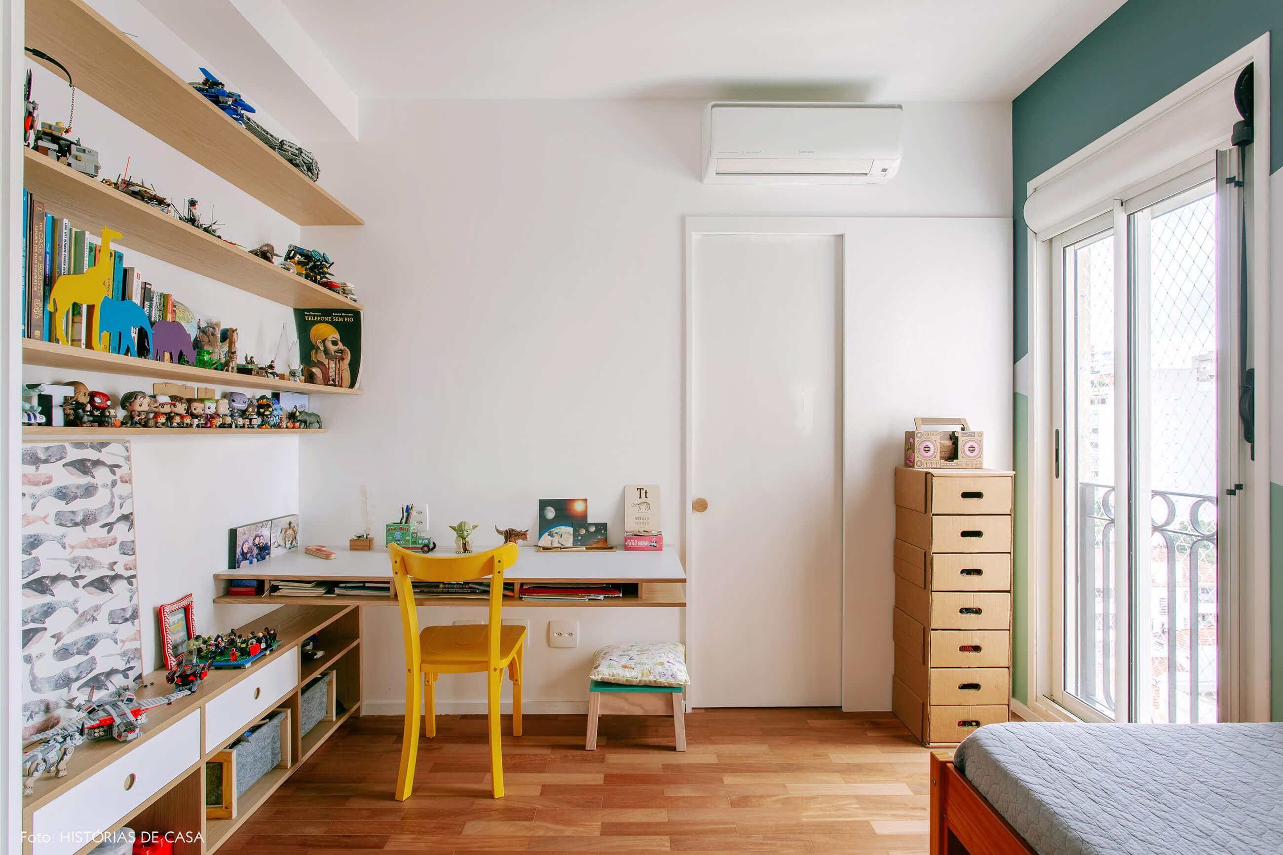 Quarto de criança com escrivaninha e pintura colorida