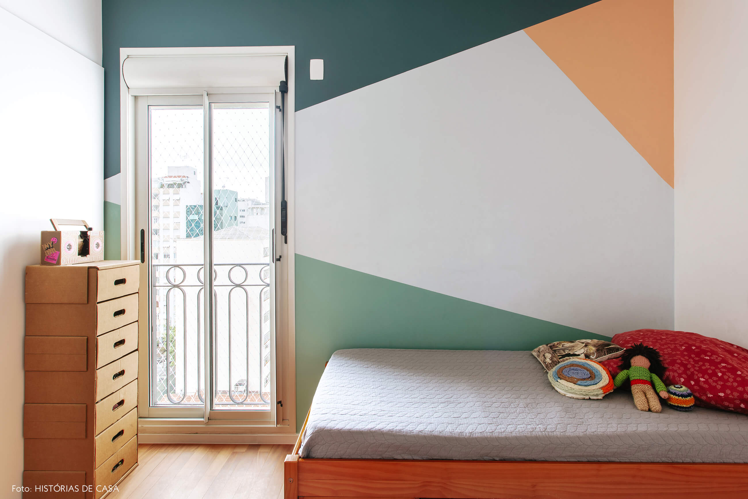 Quarto de criança com pintura colorida geométrica