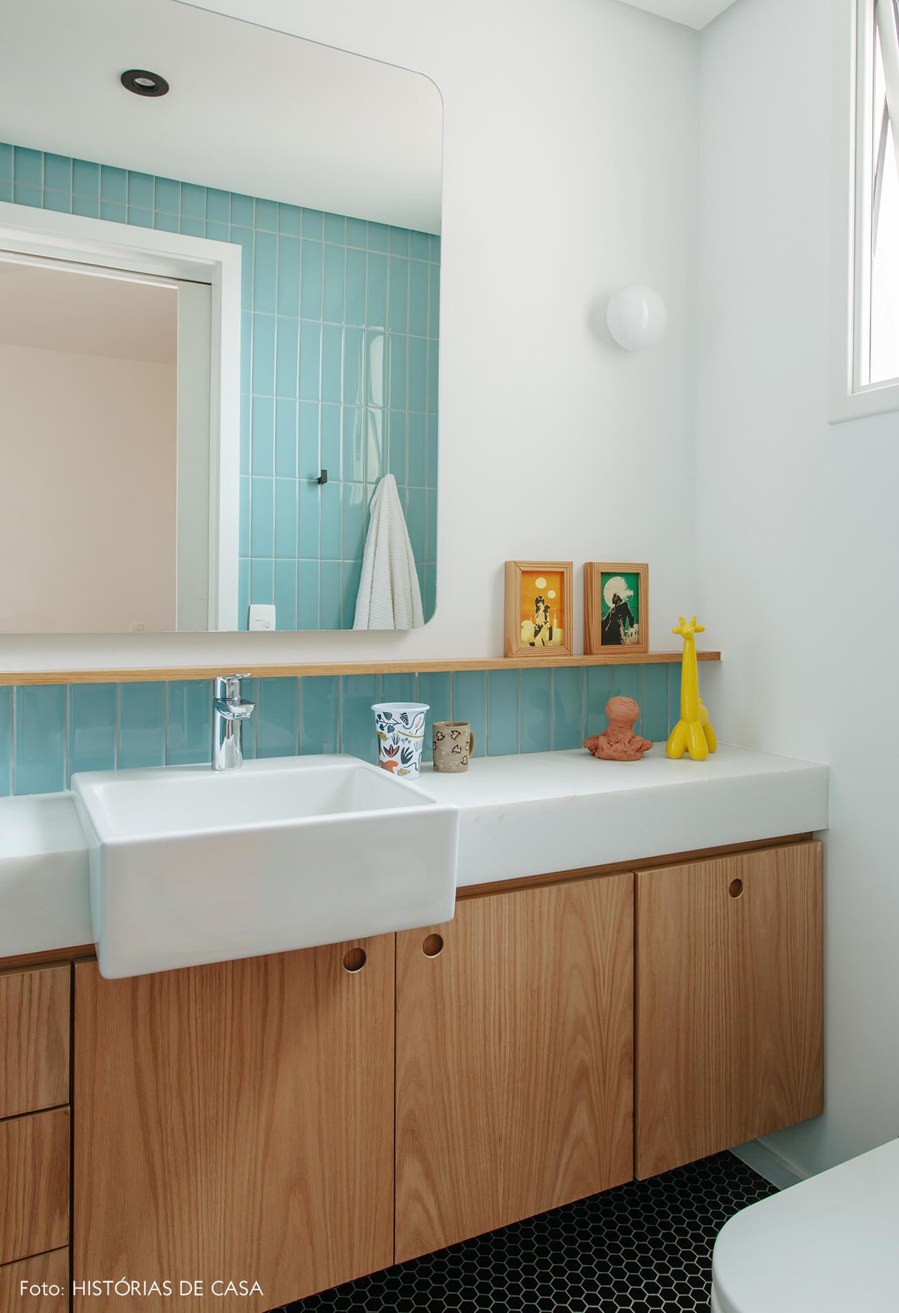 Banheiro de criança com azulejos azuis e marcenaria prática
