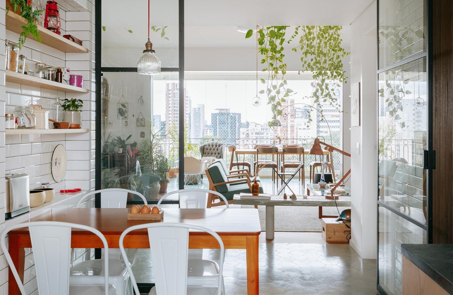 Cozinha integrada por portas de serralheria e vidro