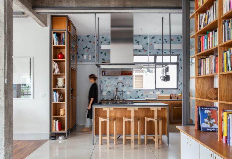 Apartamento com cozinha integrada, marcenaria sob medida e ladrilhos coloridos
