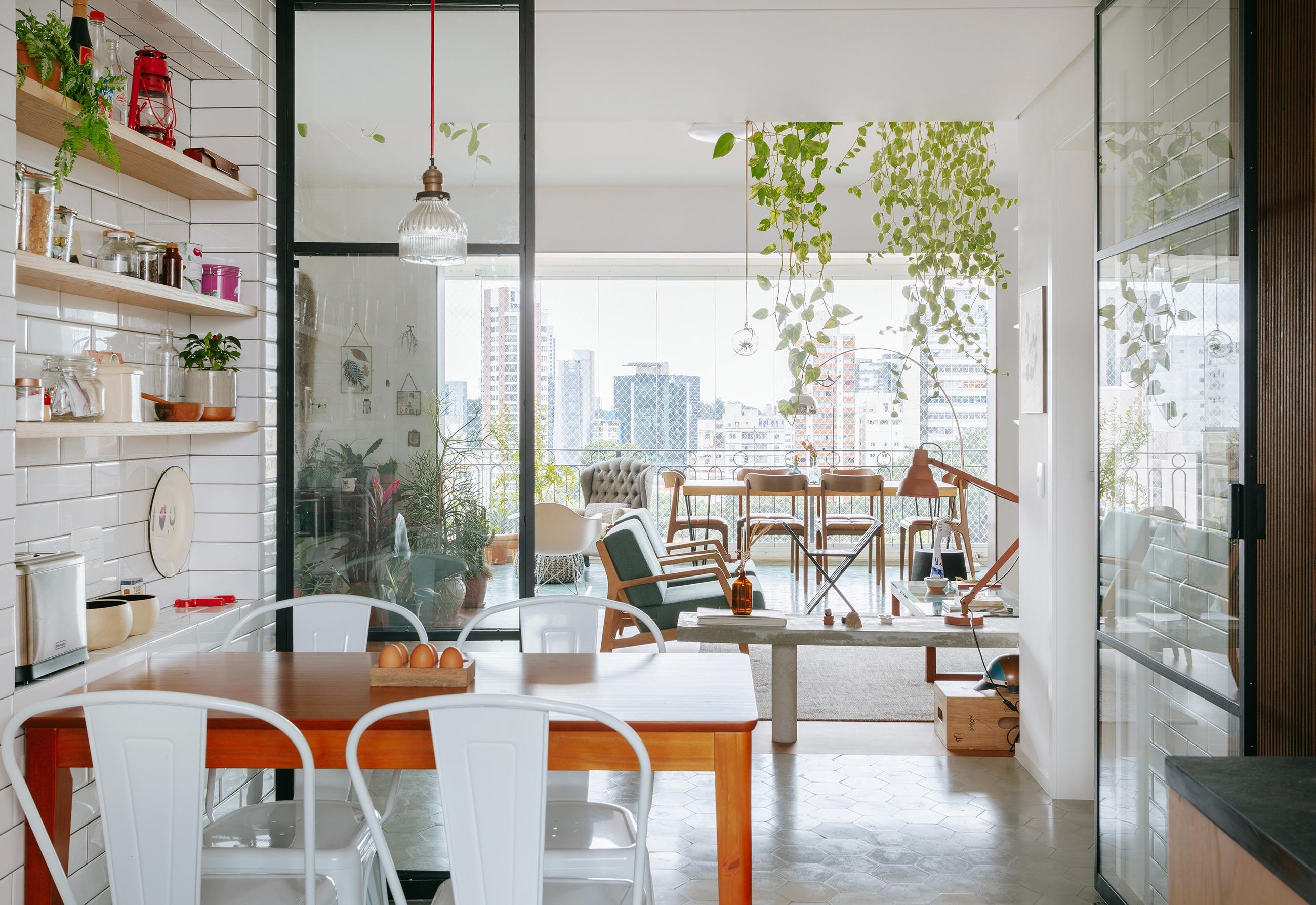 Cozinha integrada com portas de serralheria e vidro