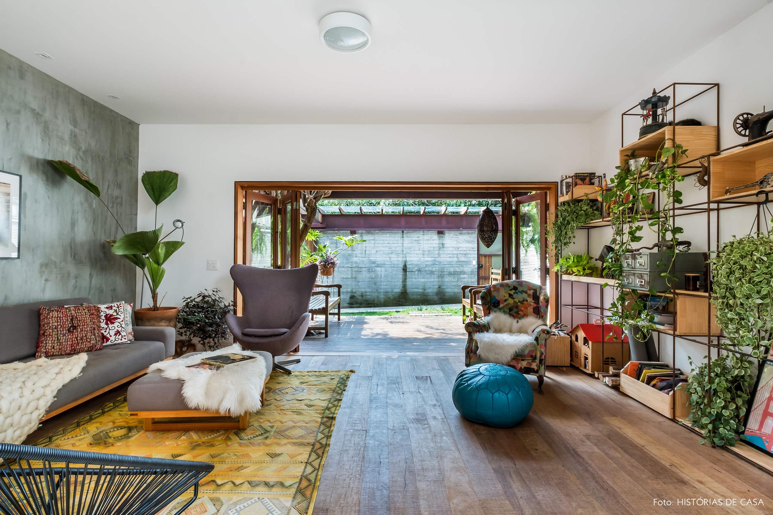 Sala aberta para a garagem e o jardim. Piso de madeira de demolição.