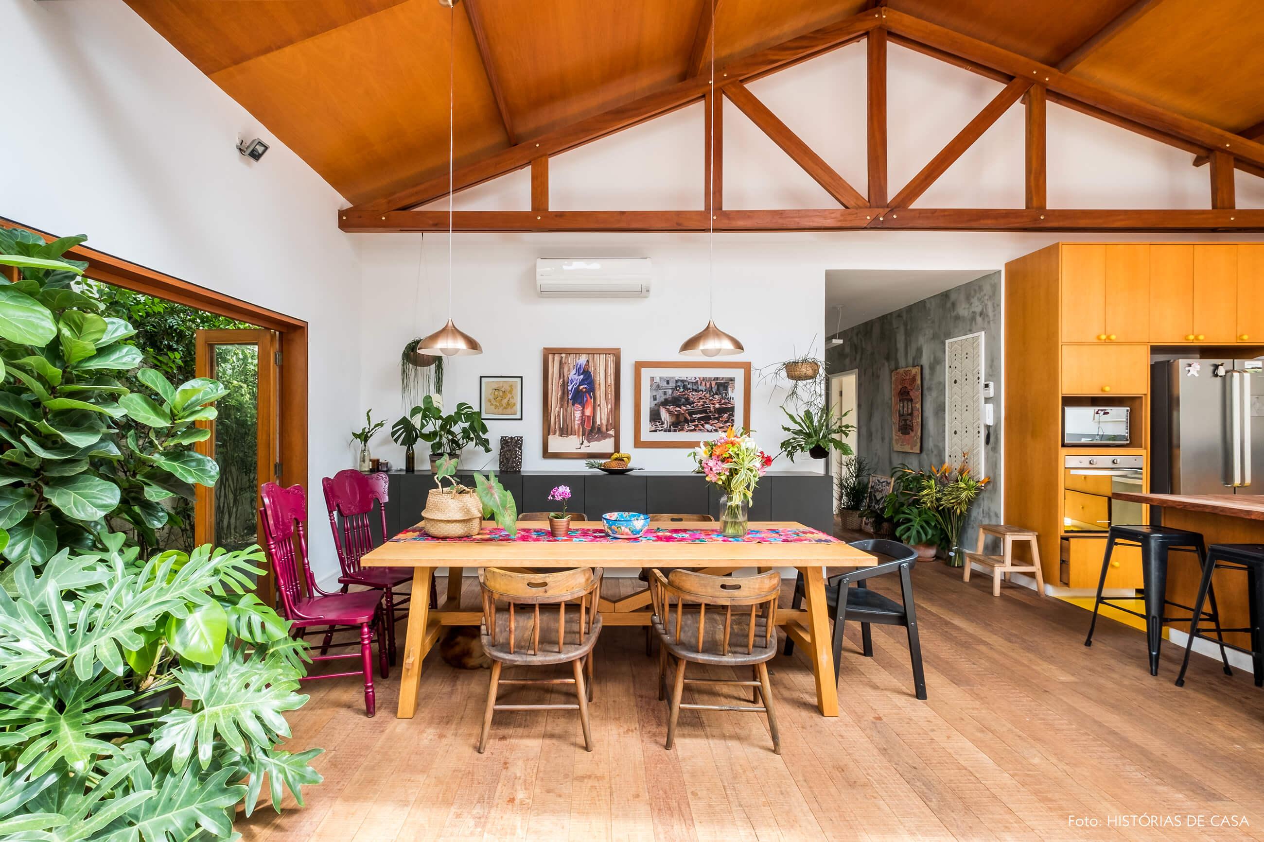 Sala de jantar integrada com forro de madeira e móveis coloridos