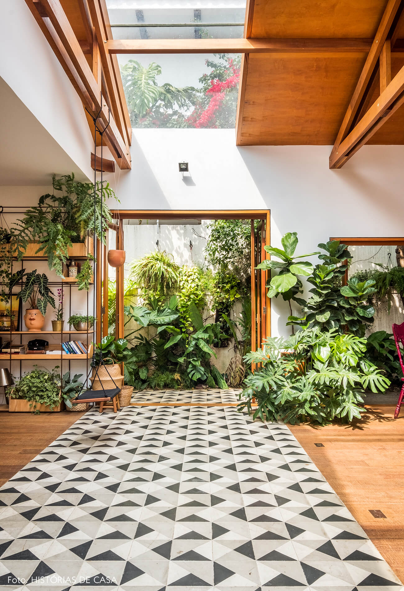 Sala com claraboia e piso de ladrilhos hidráulicos