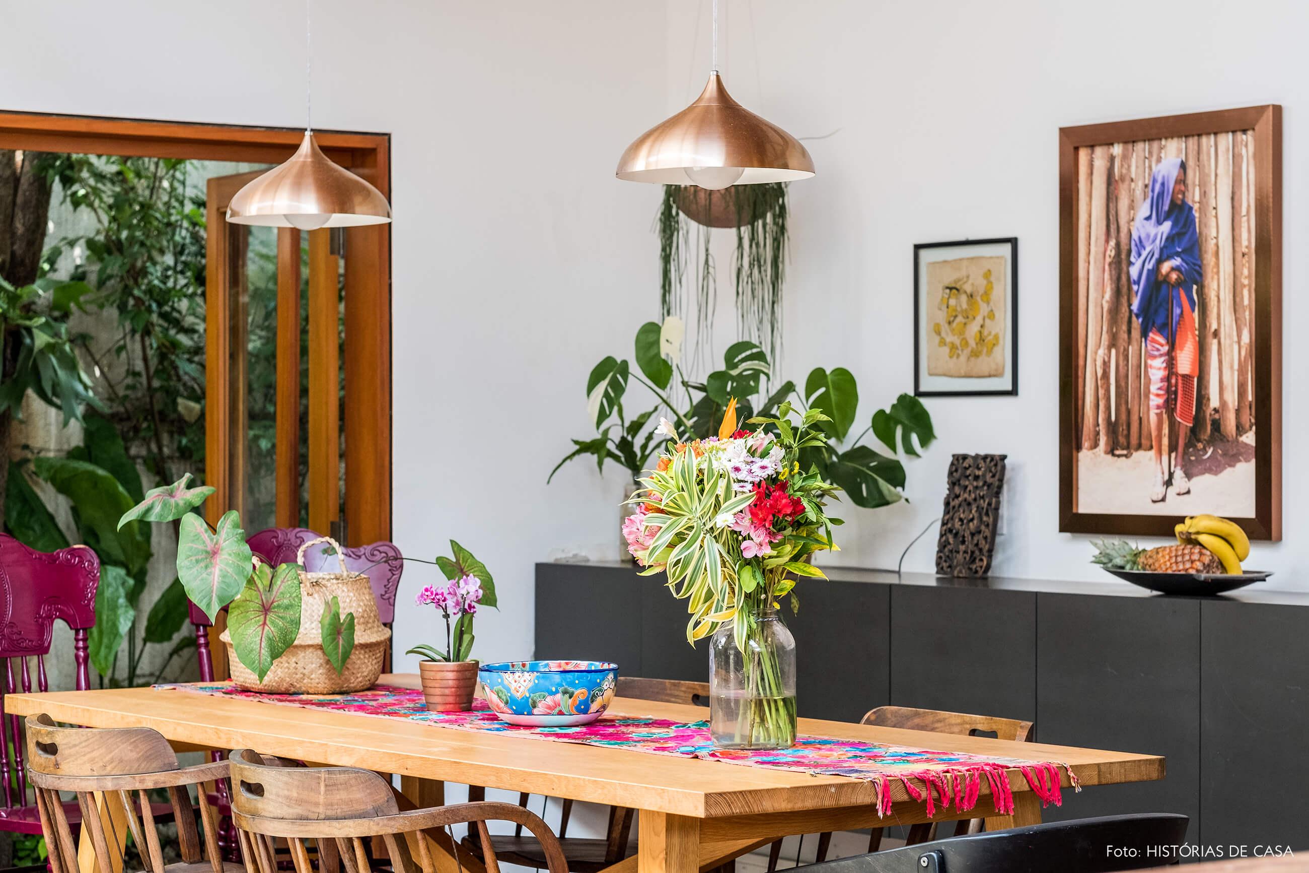 Sala de jantar com mesa rústica de madeira e buffet cinza