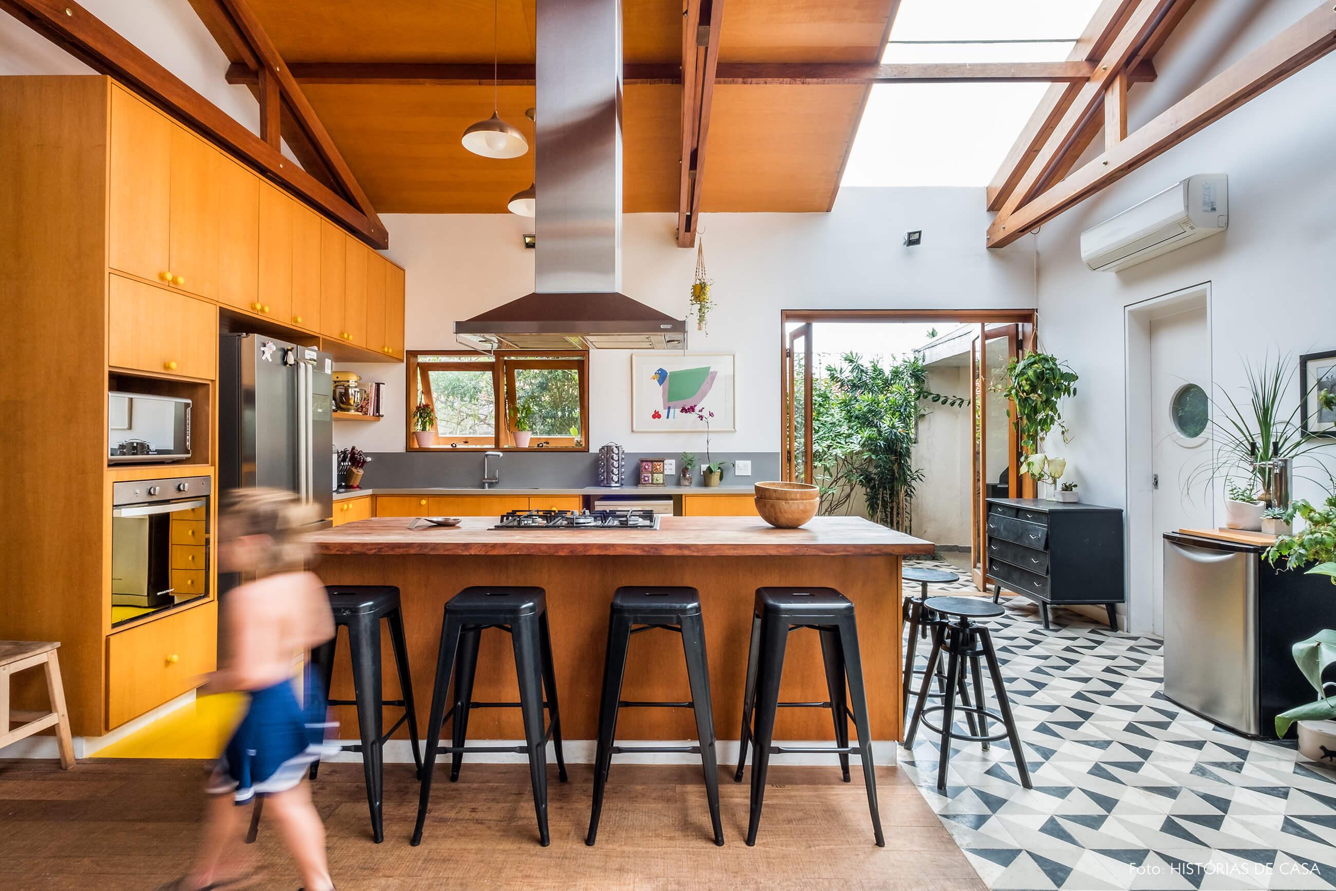 Cozinha integrada com forro de madeira e piso de ladrilhos