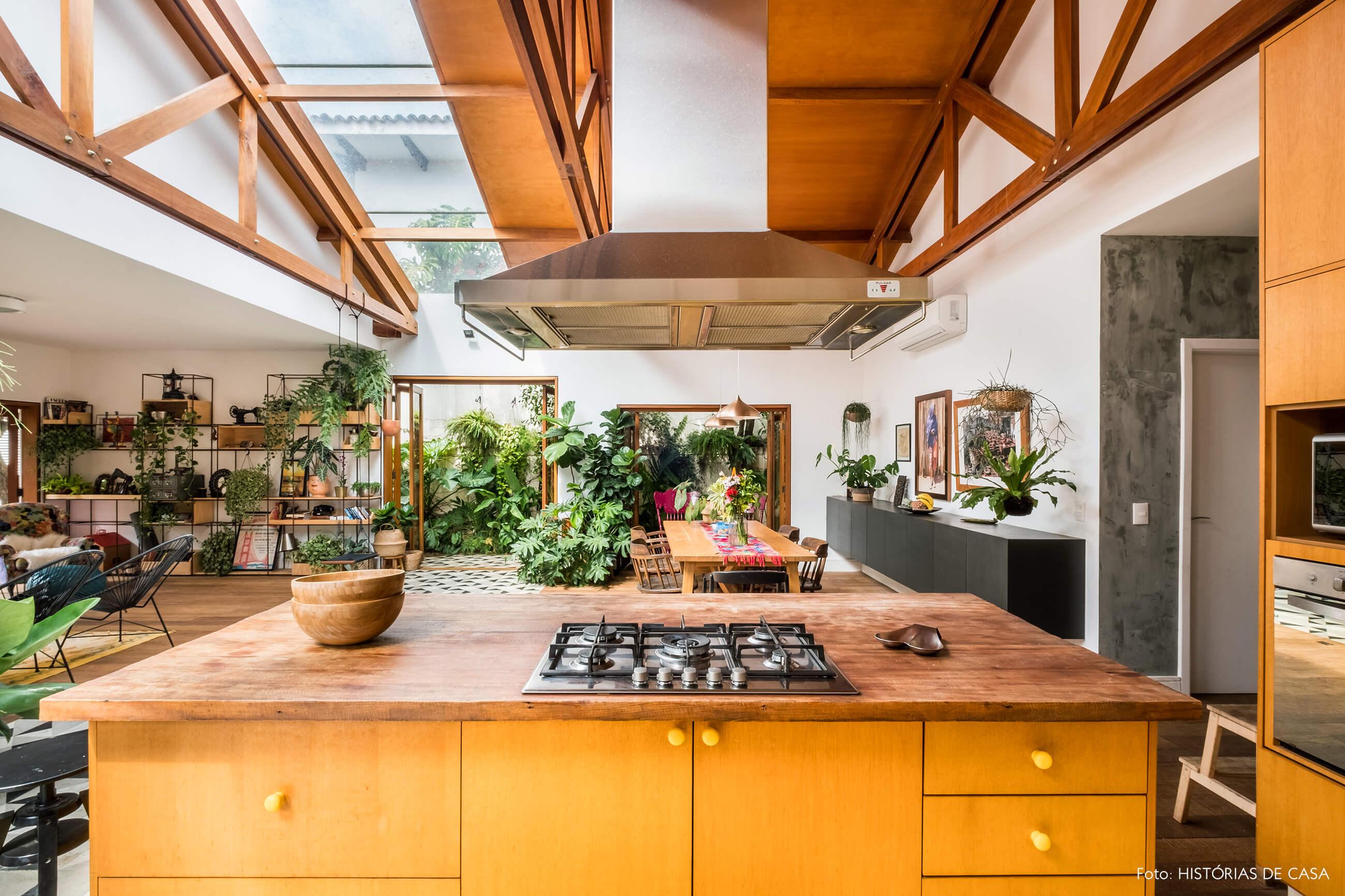 Cozinha com ilha e forro de madeira