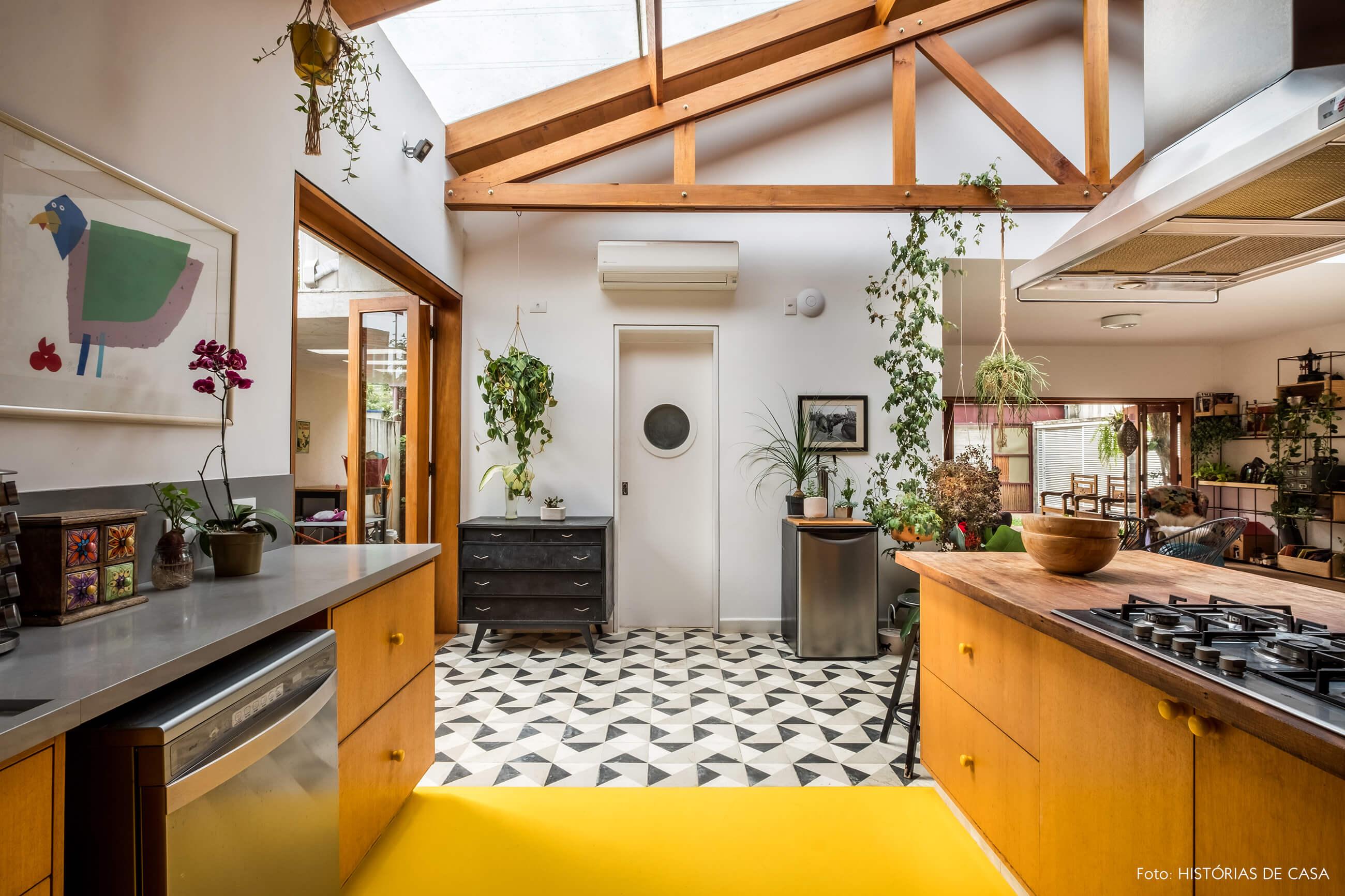Cozinha com piso amarelo e faixa de ladrilhos hidráulicos