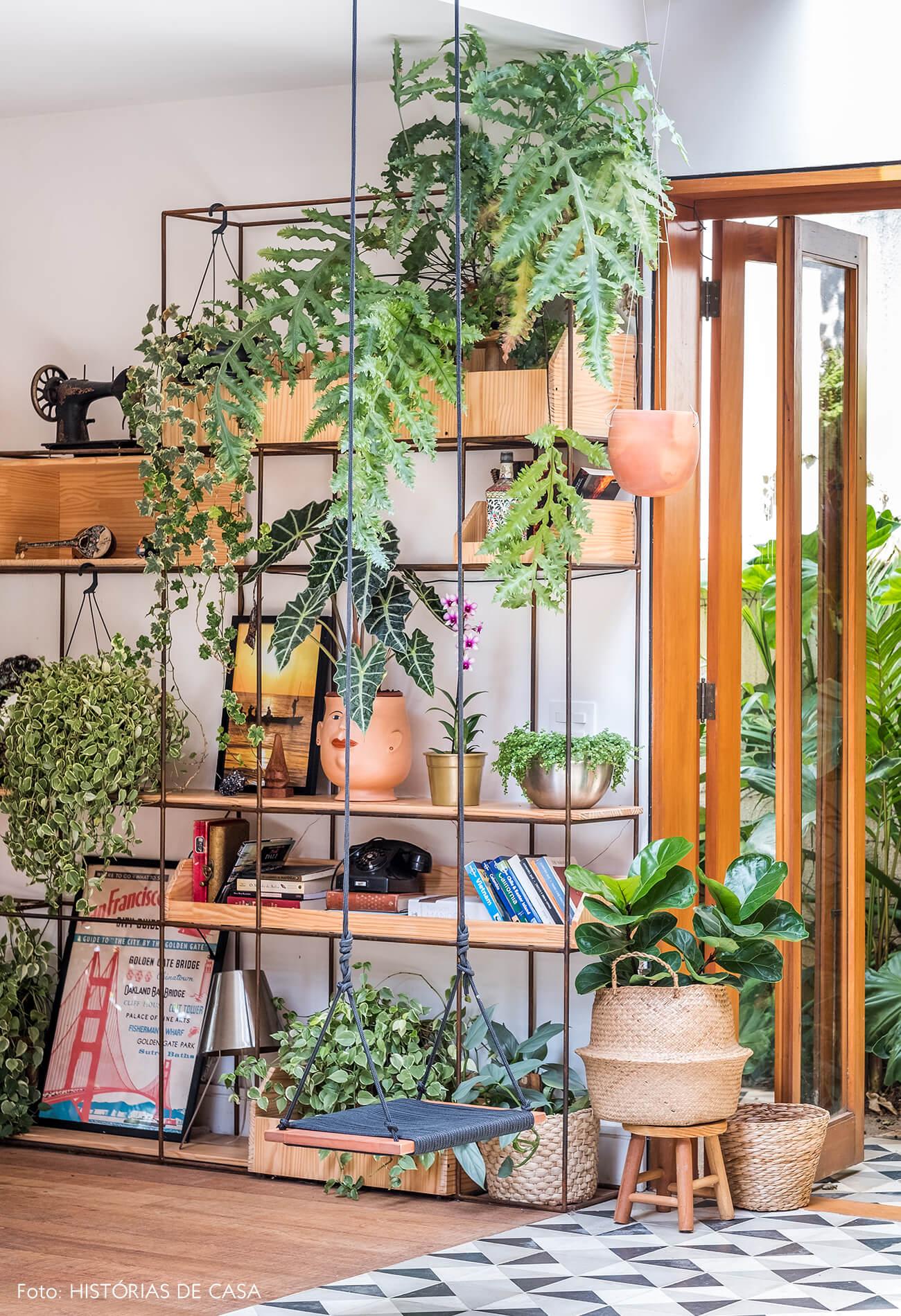 Estante de vergalhão com nichos para plantas